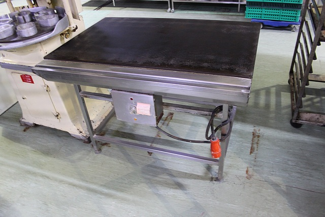 Lot 57 - Scone hot plate 3 phase on stainless frame 1220mm x 760mm