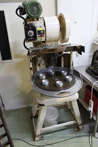 "Lot 42 - Crypto Peerless Auto 6 station Omatic pie machine with die set (830) 3"" tart"