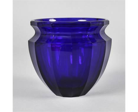 Glasvase wohl Moser Karlsbad, 1920er Jahre, kobaltblaues Glas, ausgekugelter Abriss, vierzehn geschliffene Facetten, verstärk