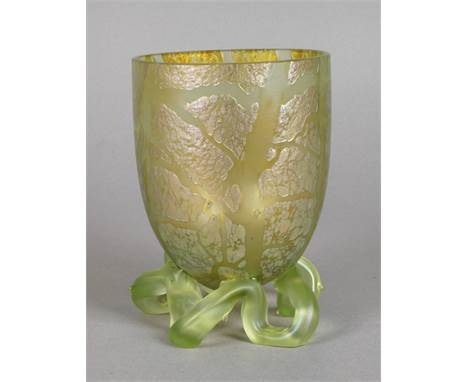 Loetz Wwe. Uranglasvase um 1898, formgeblasen, mit frei geformtem angesetzten Astfuß, aufgeschmolzene Silbergelbkrösel, reduz