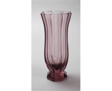 Glasvase wohl Moser Karlsbad, 1930er Jahre, unsigniert, massives violettes Glas, plangeschliffener Stand, oktogonal facettier