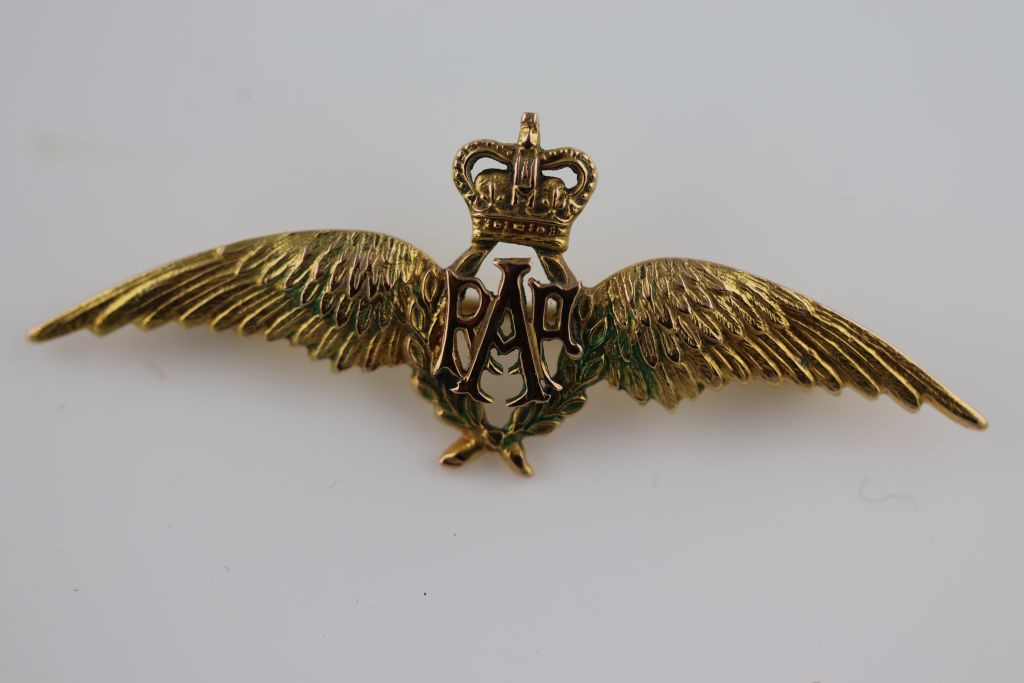 Lot 49 - A 9ct yellow gold and rose gold Royal Air Force (RAF) 'Wings' sweetheart brooch, green enamel