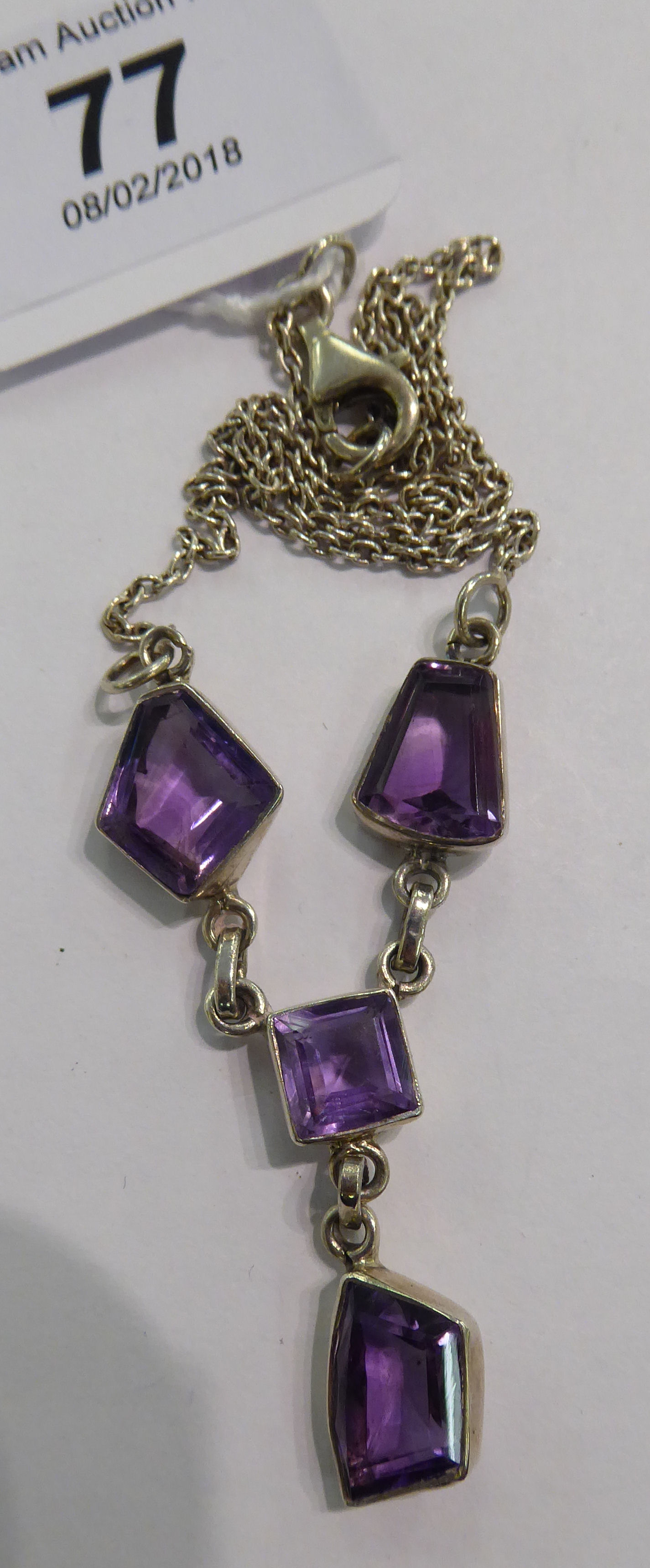 Lot 77 - A silver coloured metal necklace,