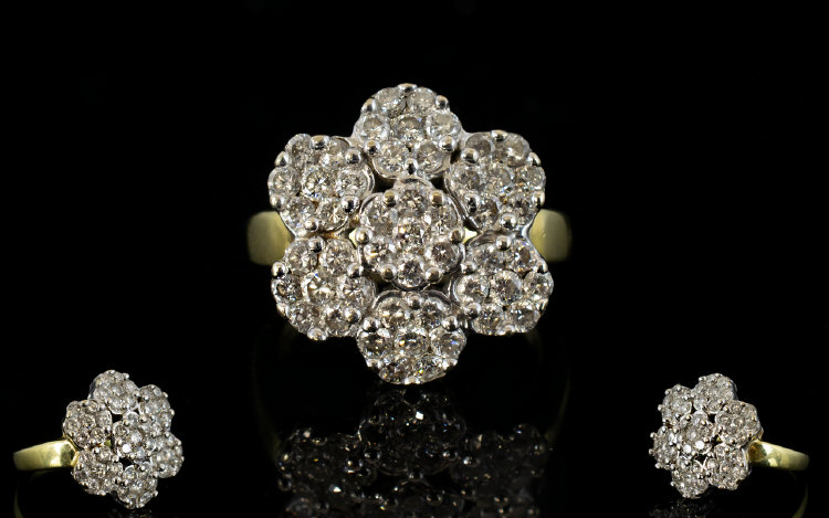 Lot 73 - 18ct Gold - Attractive Diamond Set Clust