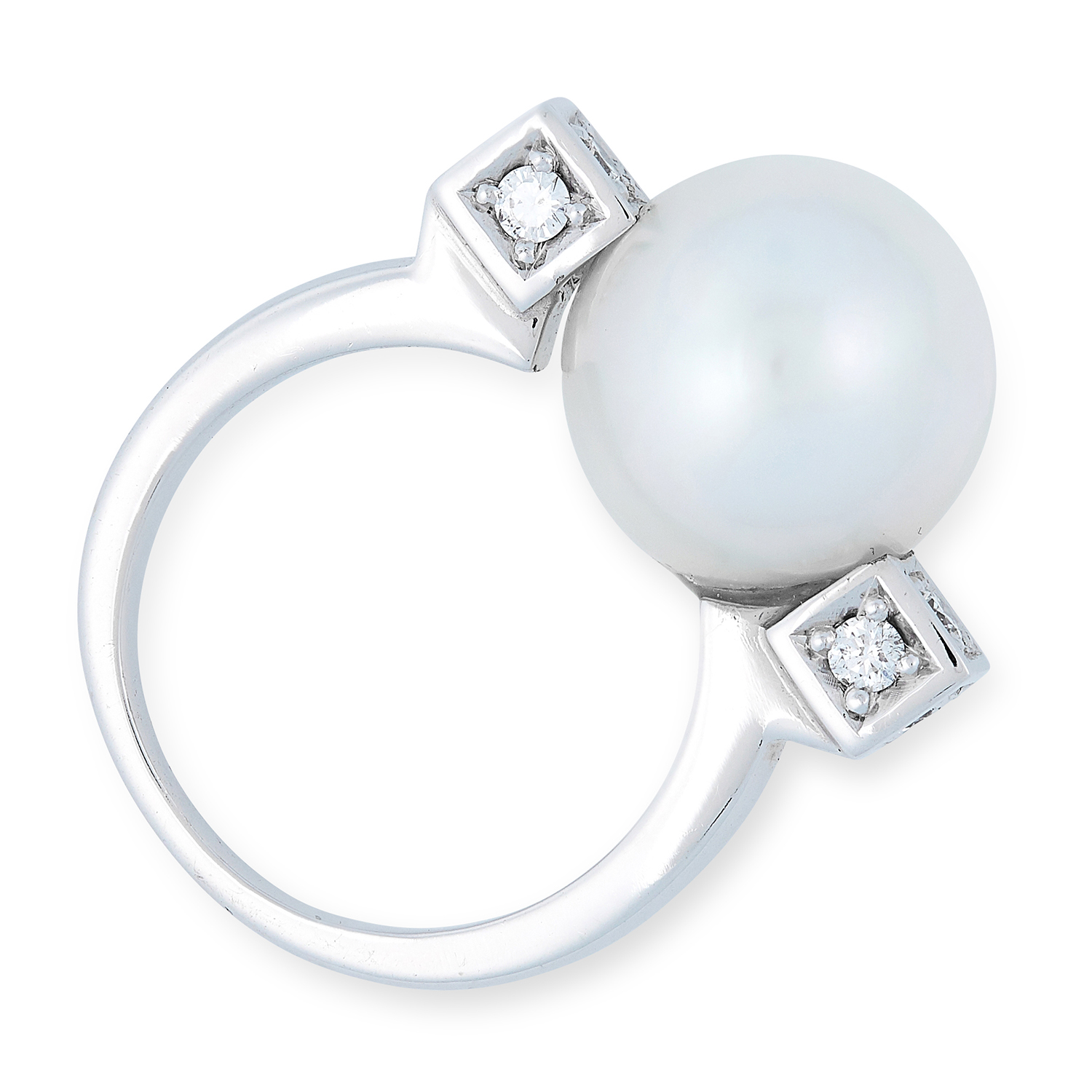 A PEARL AND DIAMOND RING set with a large pearl between round cut diamonds, size J / 5, 9.5g.