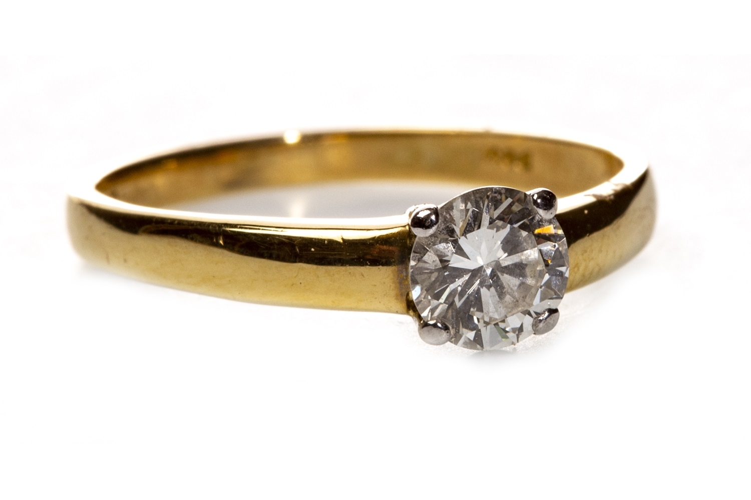 Lot 70 - A DIAMOND SOLITAIRE RING