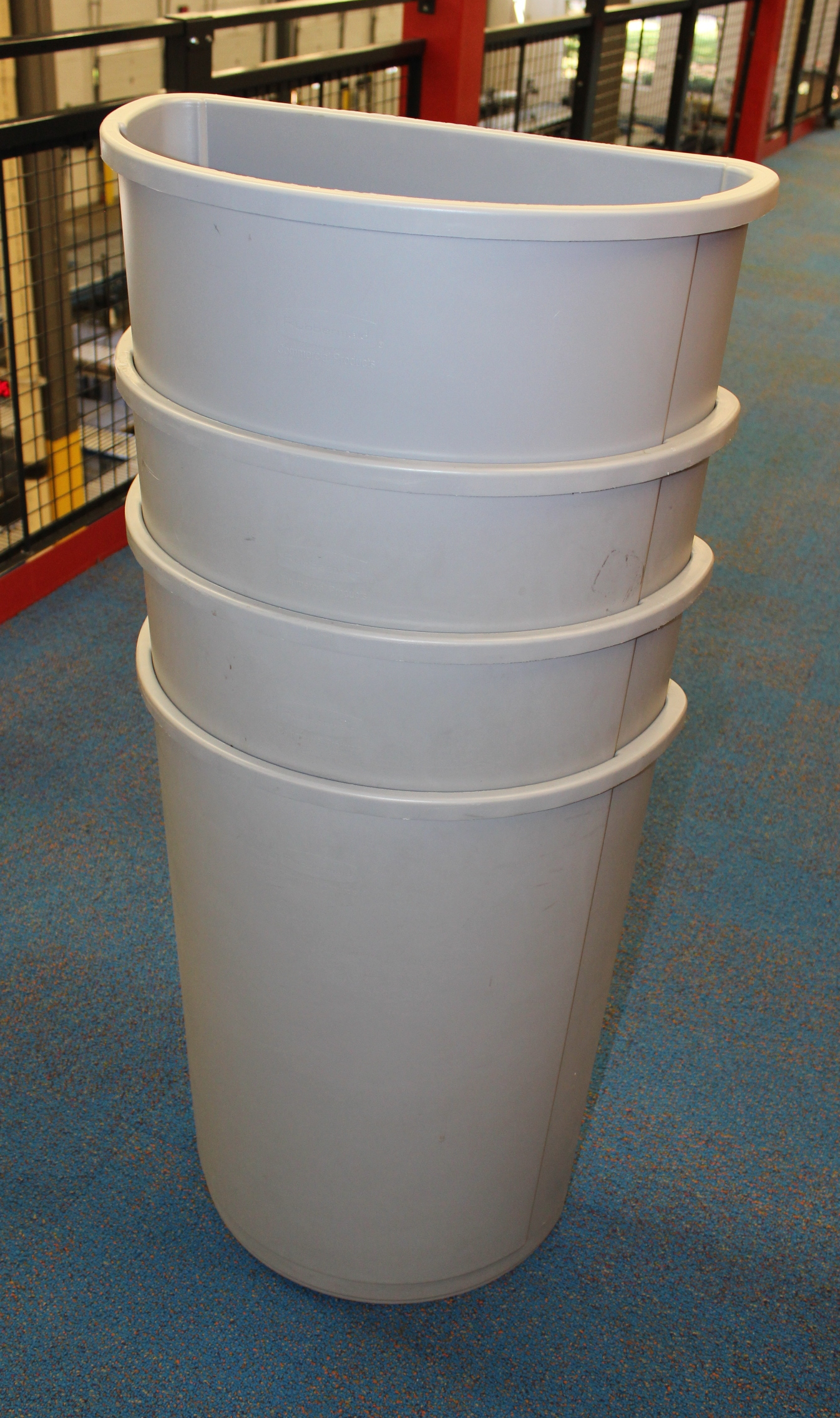Lot 48 - 5 RUBBERMAID 3520 TRASH CAN