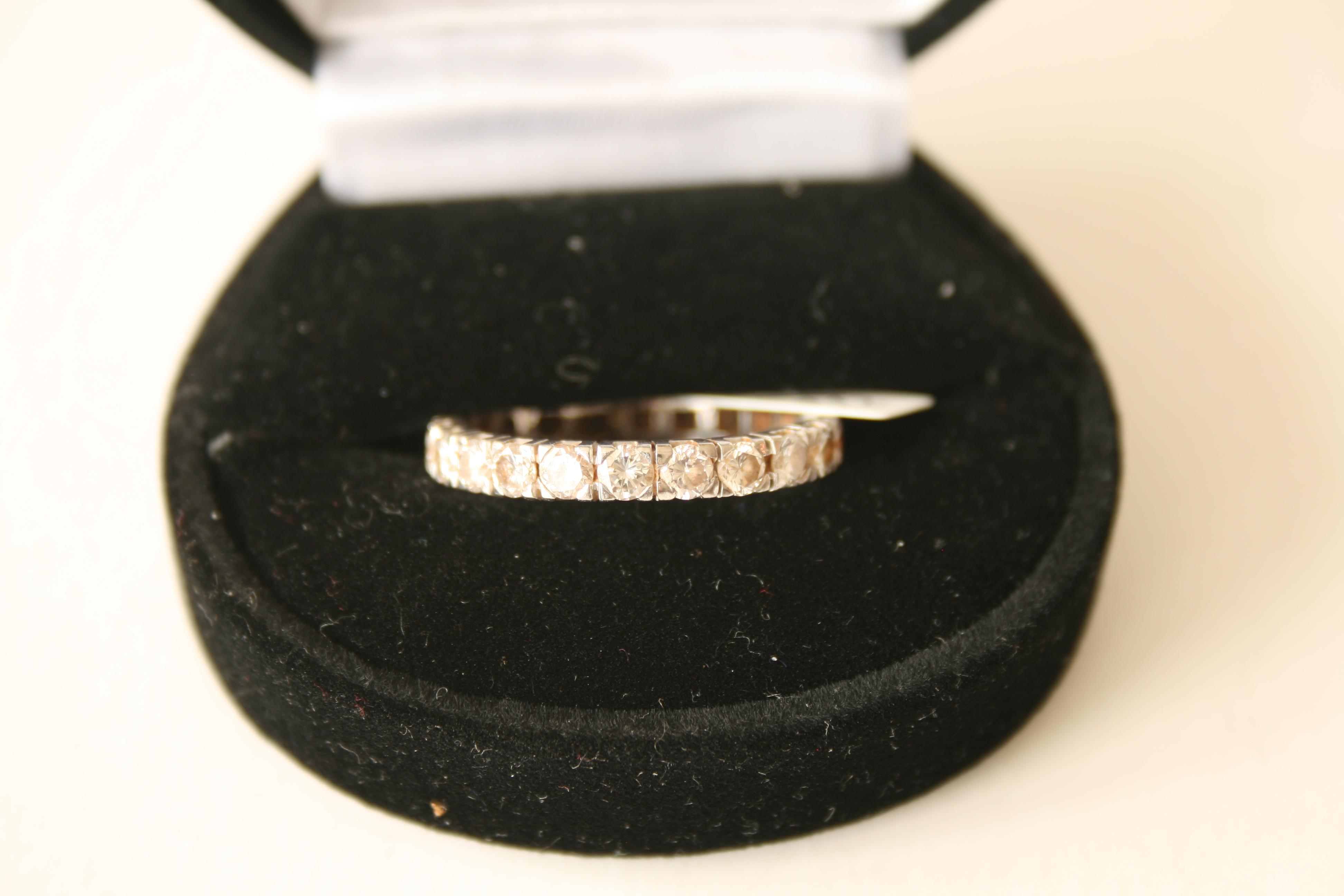 Alliance américaine en or blanc 18 ct composée de 22 diamants de 0,10 ct chacun, [...]