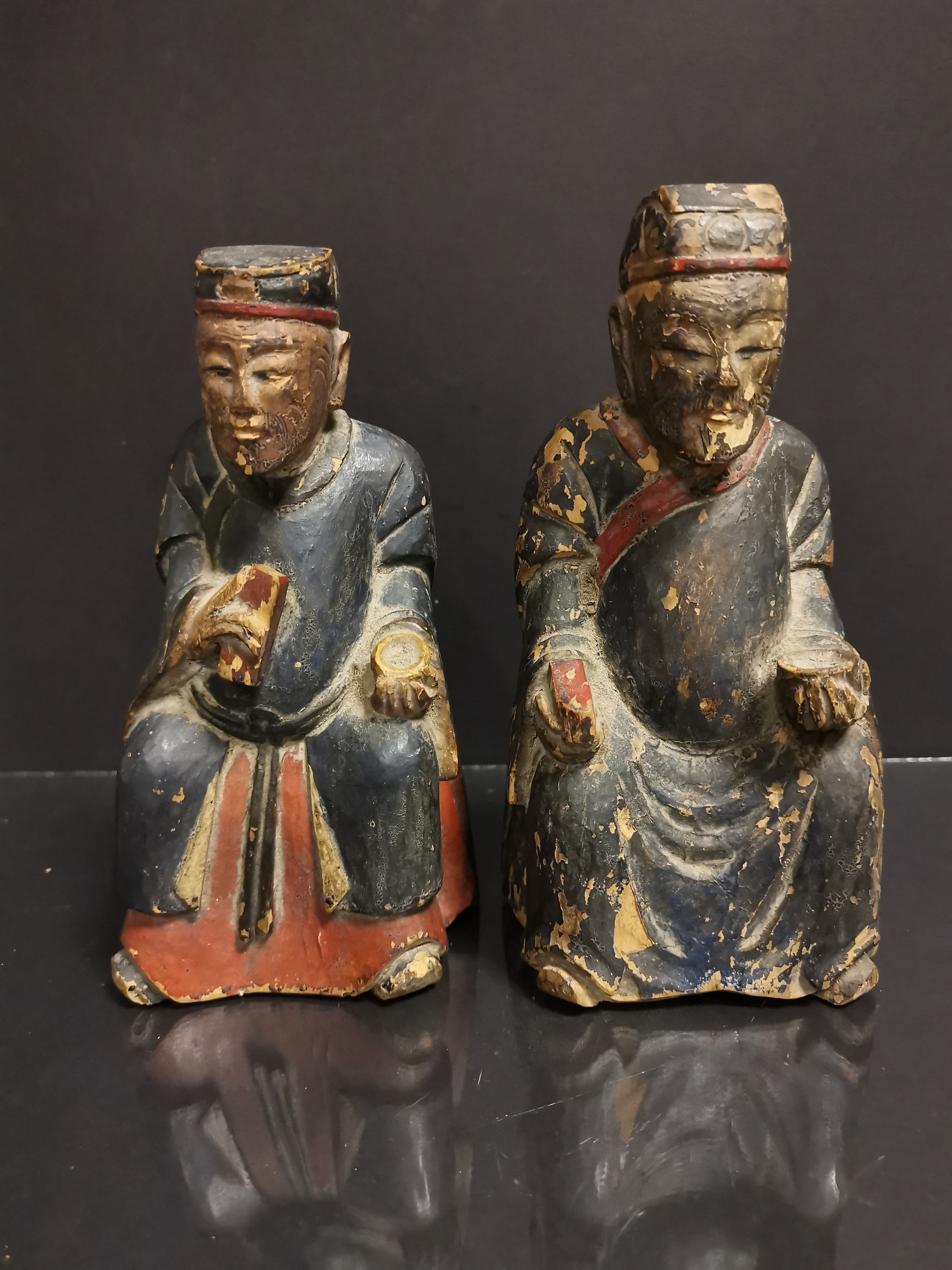 CHINE. Deux lettrés assis tenant un bol et une tablette, bois sculpté. H : 19 cm. -