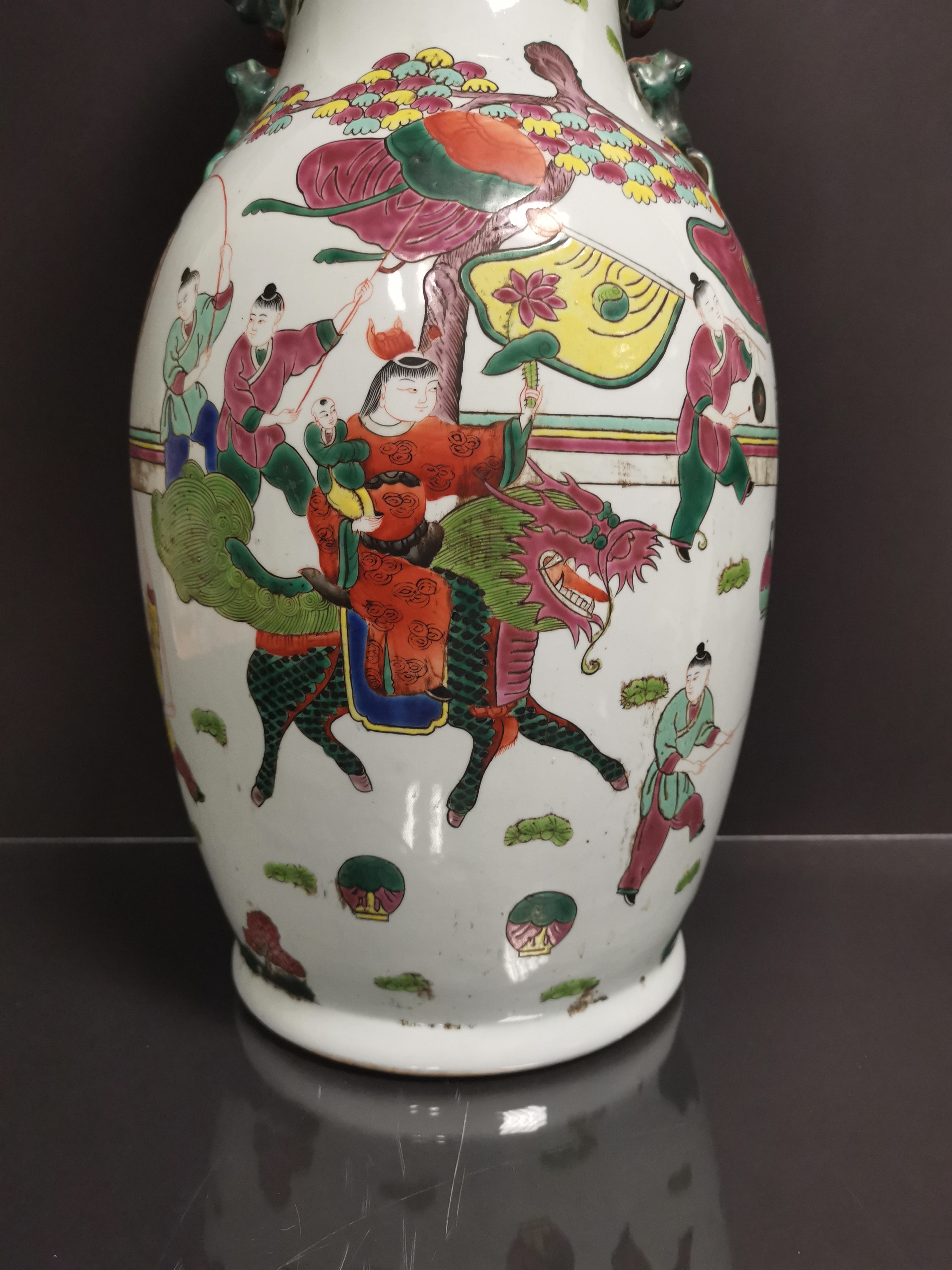 Vase en porcelaine polychrome Chine, XXème siècle Balustre, à décor d'un immortel [...] - Image 2 of 4