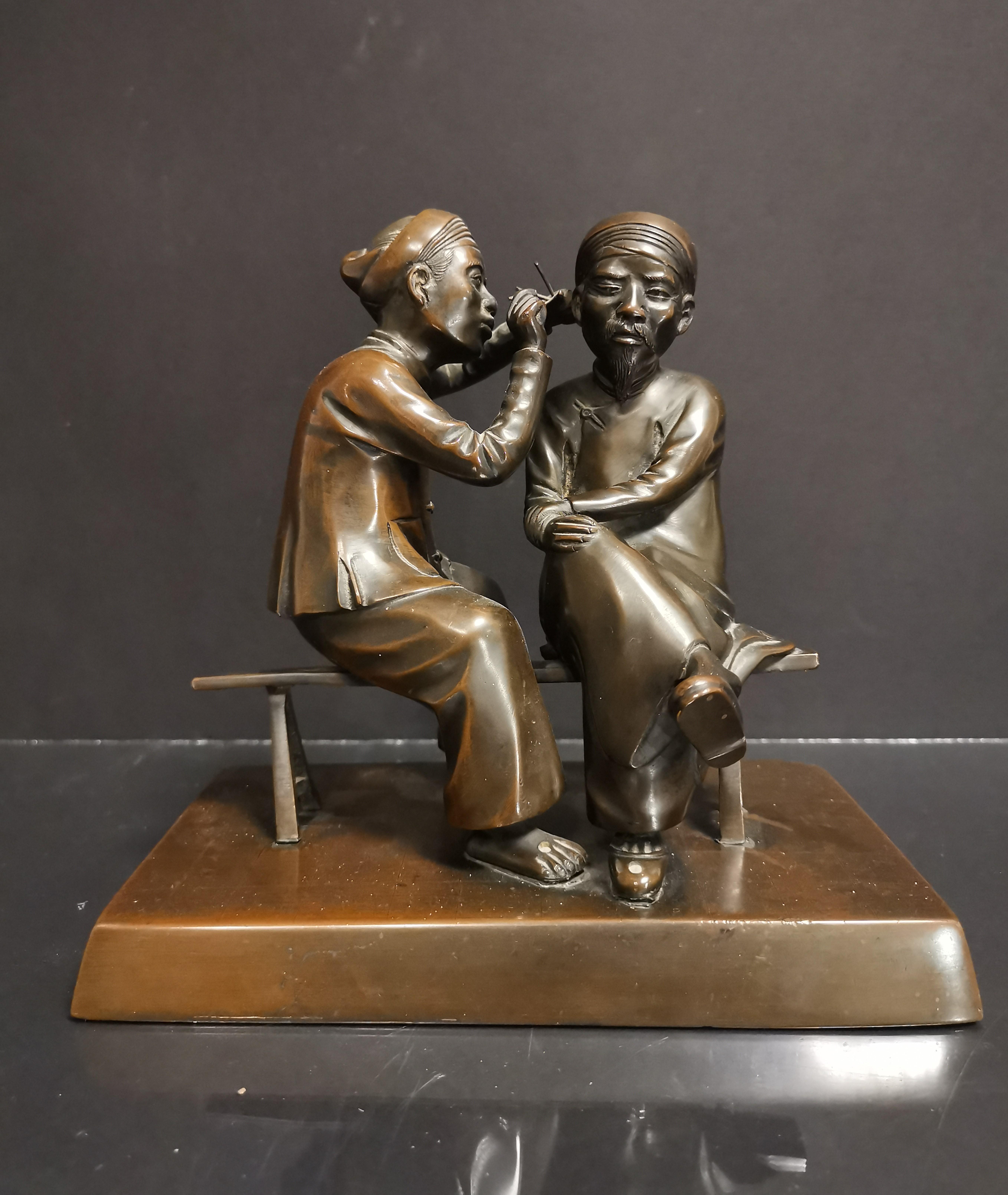VIETNAM. Deux personnages se curant les oreilles. Bronze. H : 20 cm -