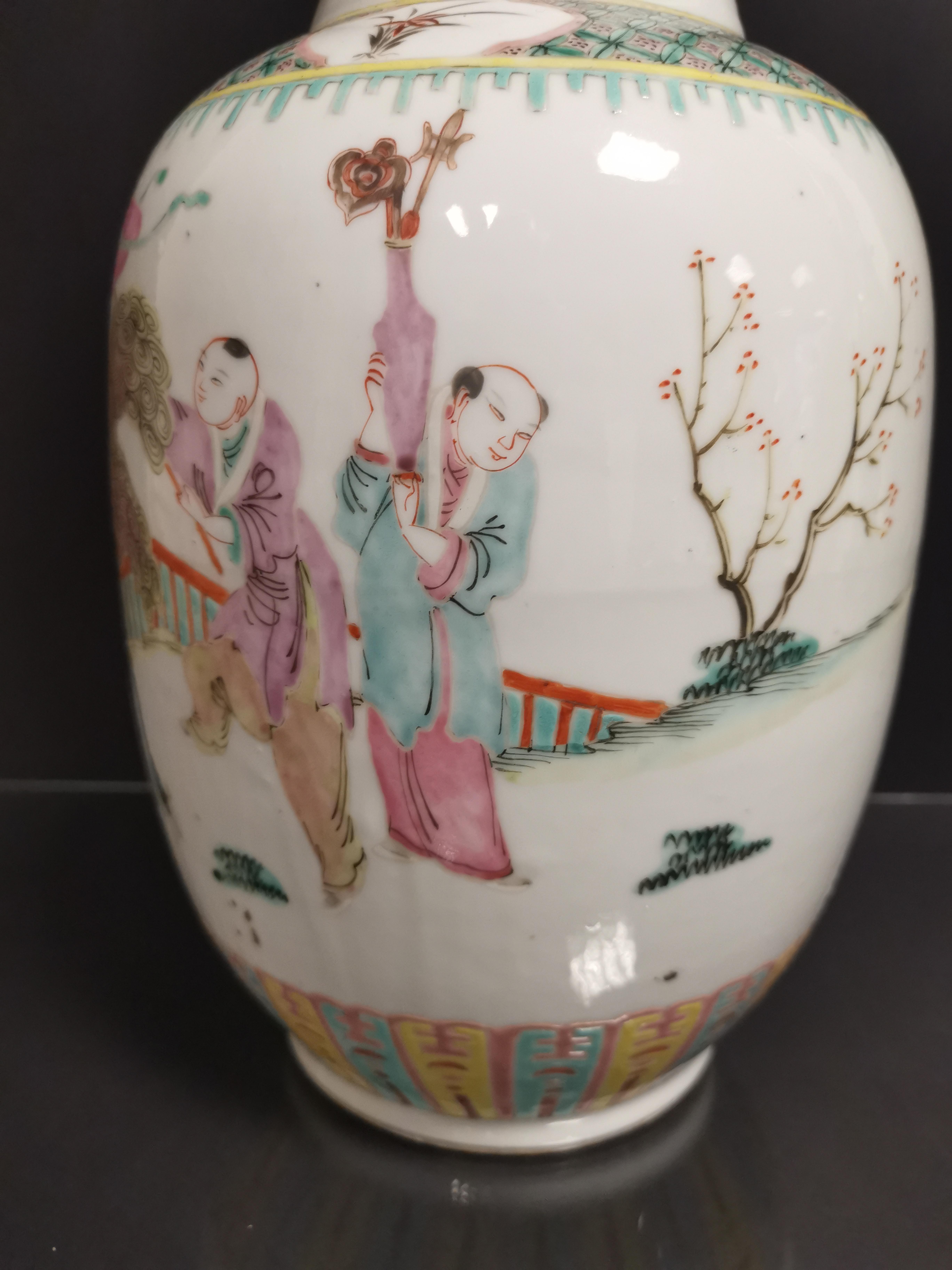 Vase en porcelaine polychrome Chine, XXème siècle La panse bombée, à décor [...] - Image 3 of 6