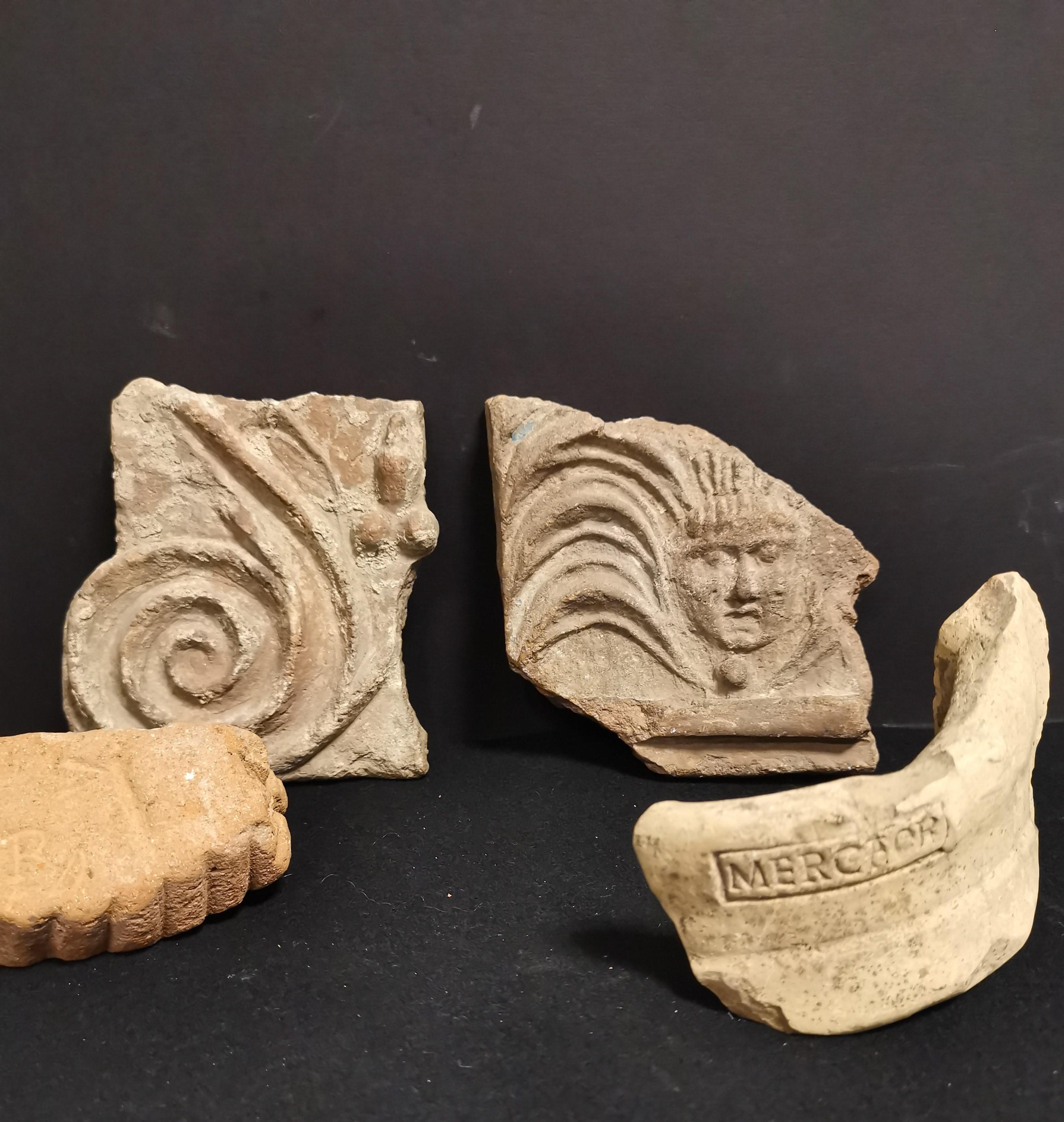Quatre fragments dont, -deux en terre cuite,une anse d'amphore portant la mention [...]