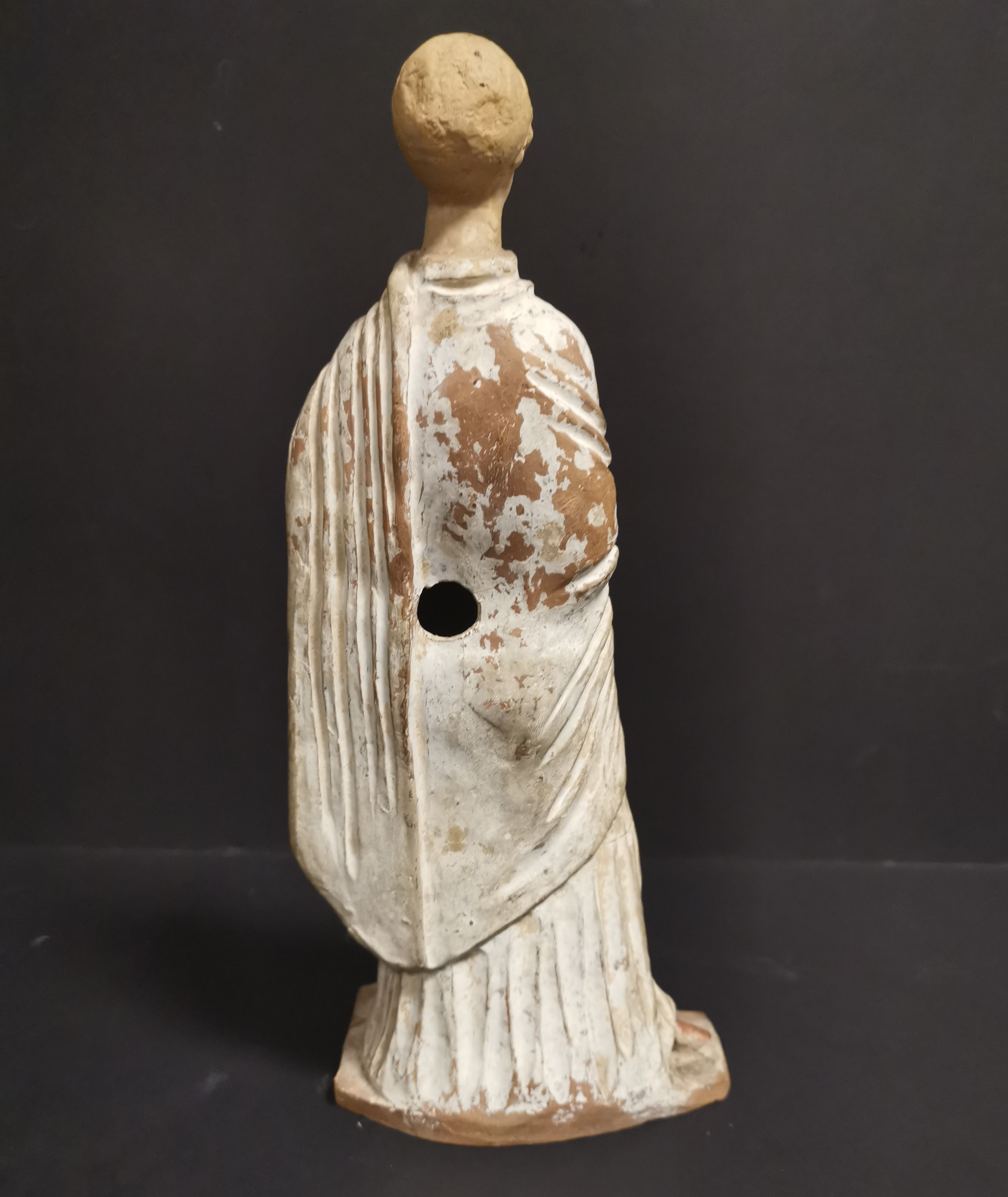 GRECE, dans le goût de. Tanagra en terre cuite représentant un personnage féminin [...] - Image 3 of 8