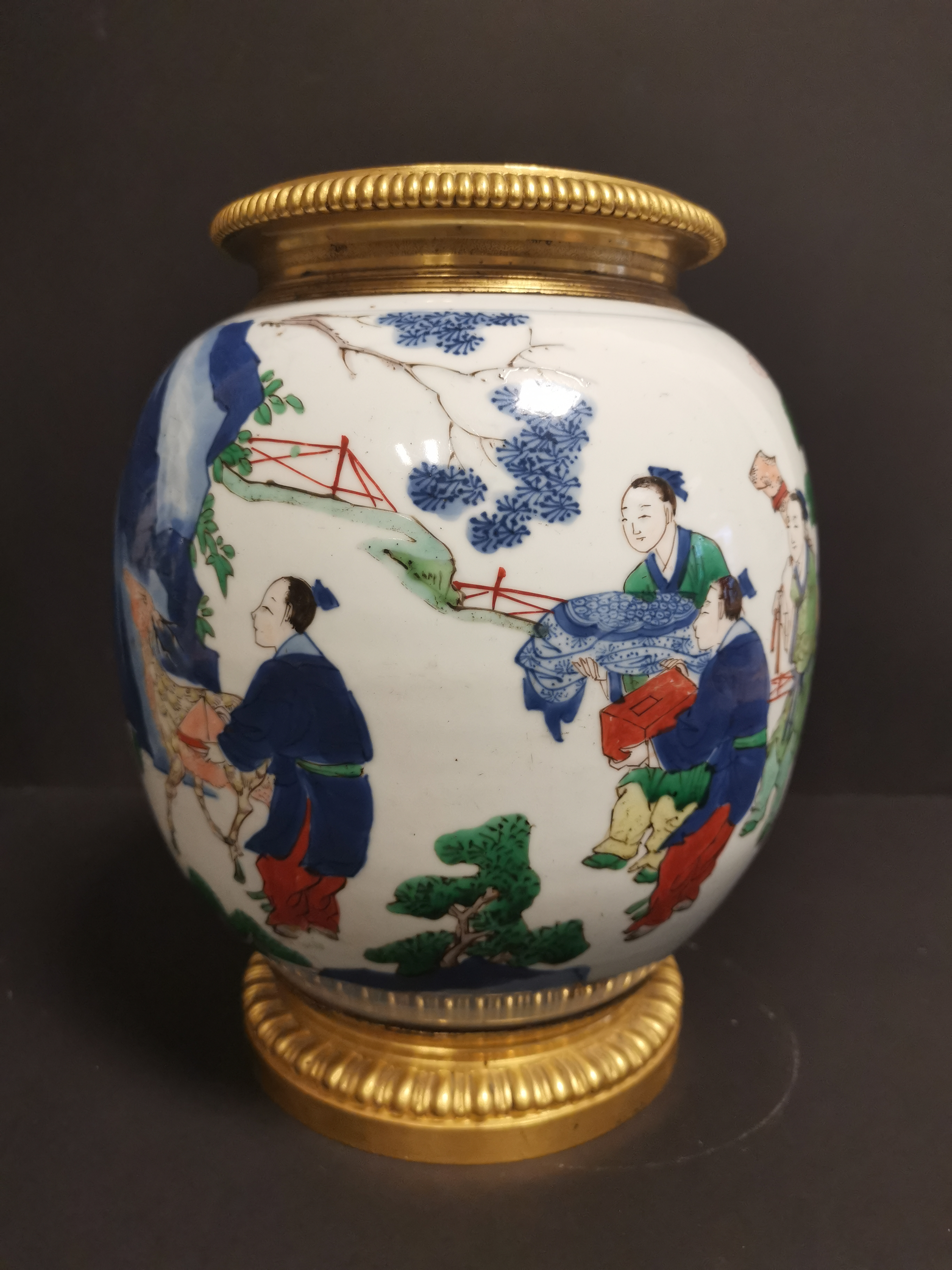 Paire de vases en porcelaine Wucai Chine, XIXème siècle La panse globulaire, à [...] - Image 2 of 6