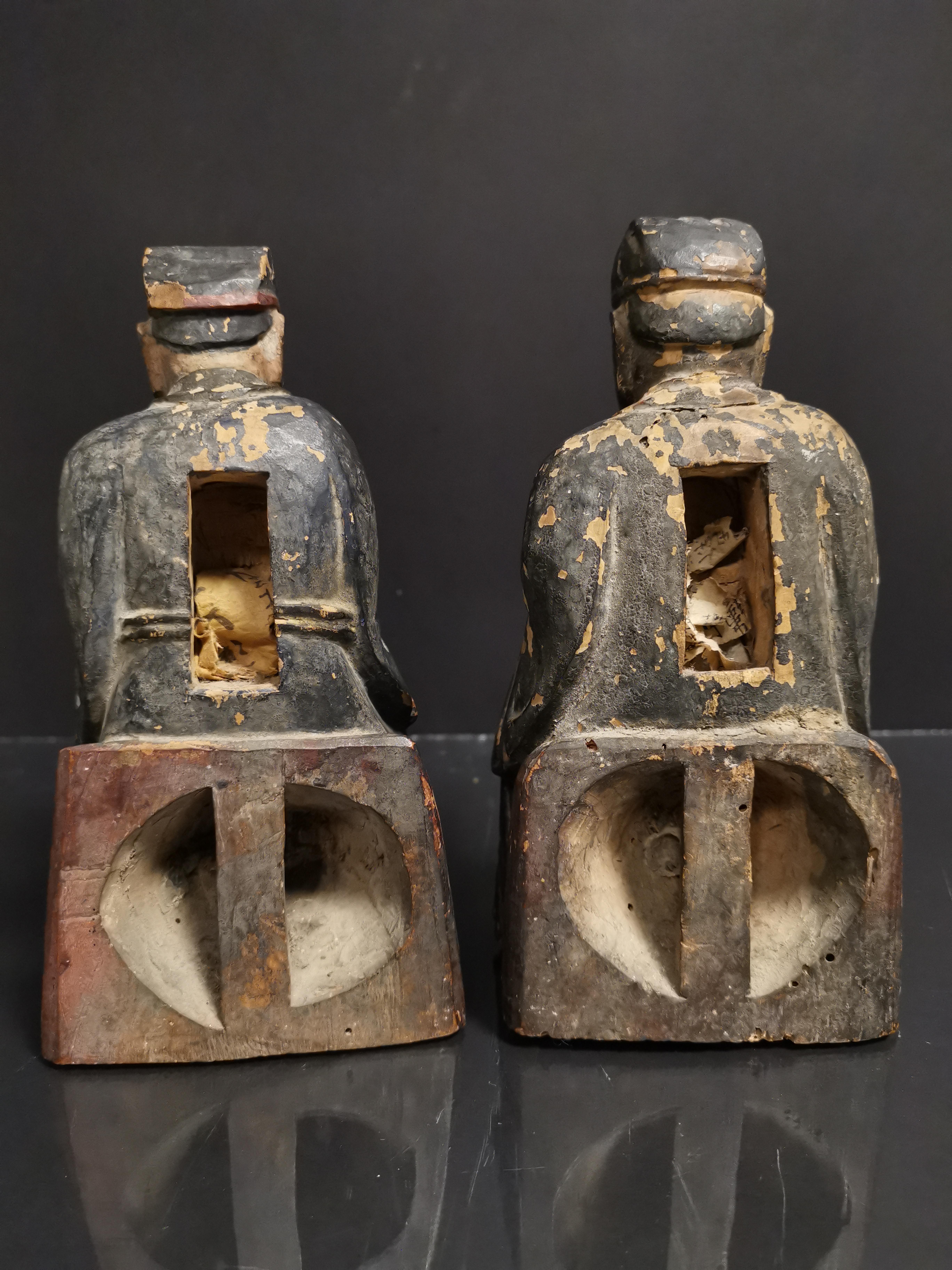CHINE. Deux lettrés assis tenant un bol et une tablette, bois sculpté. H : 19 cm. - - Image 3 of 3