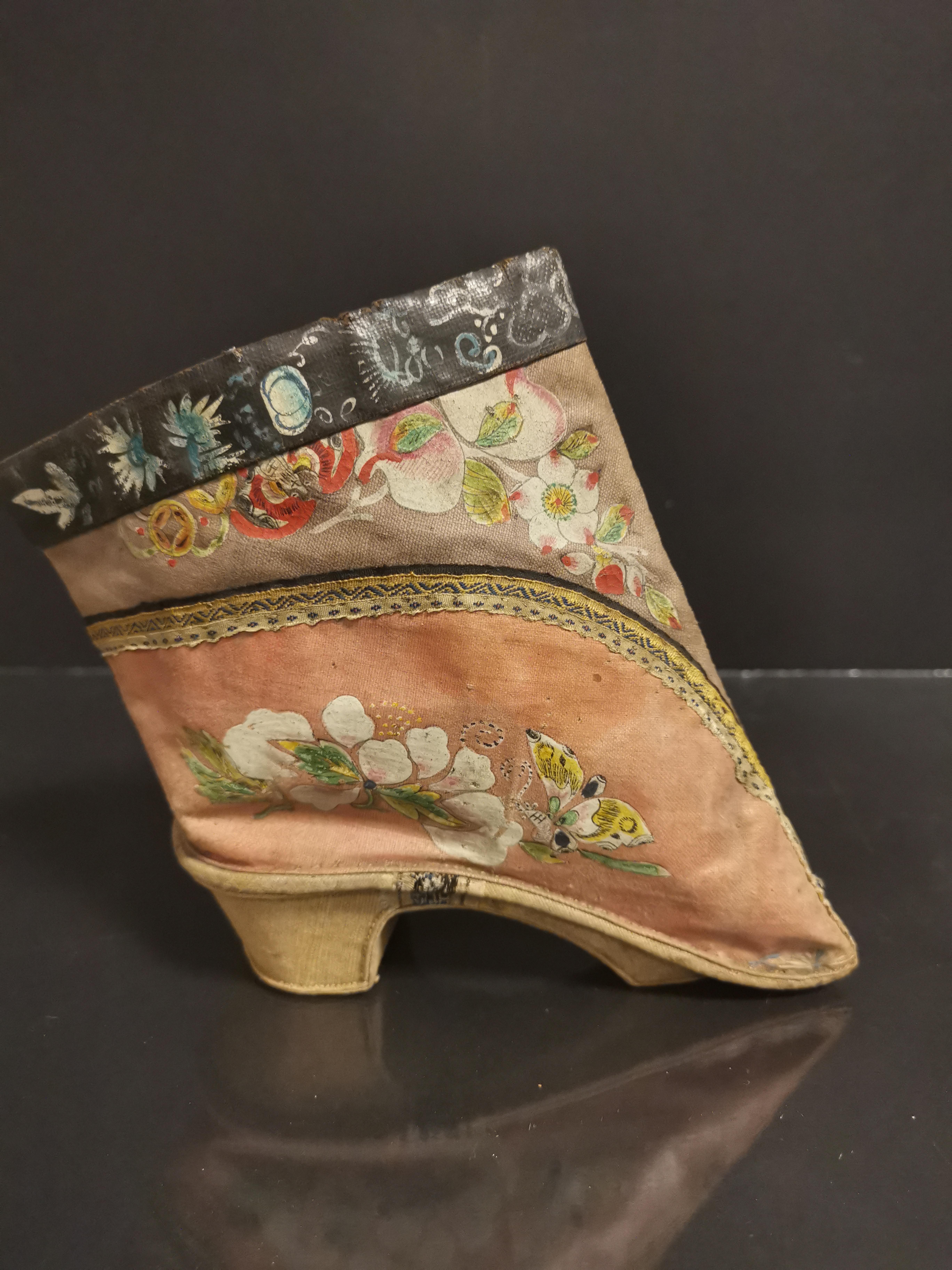 Paire de chaussures en soie brodée. Chine, époque Guangxu (1875-1908). L. : 14 cm. [...] - Image 3 of 3