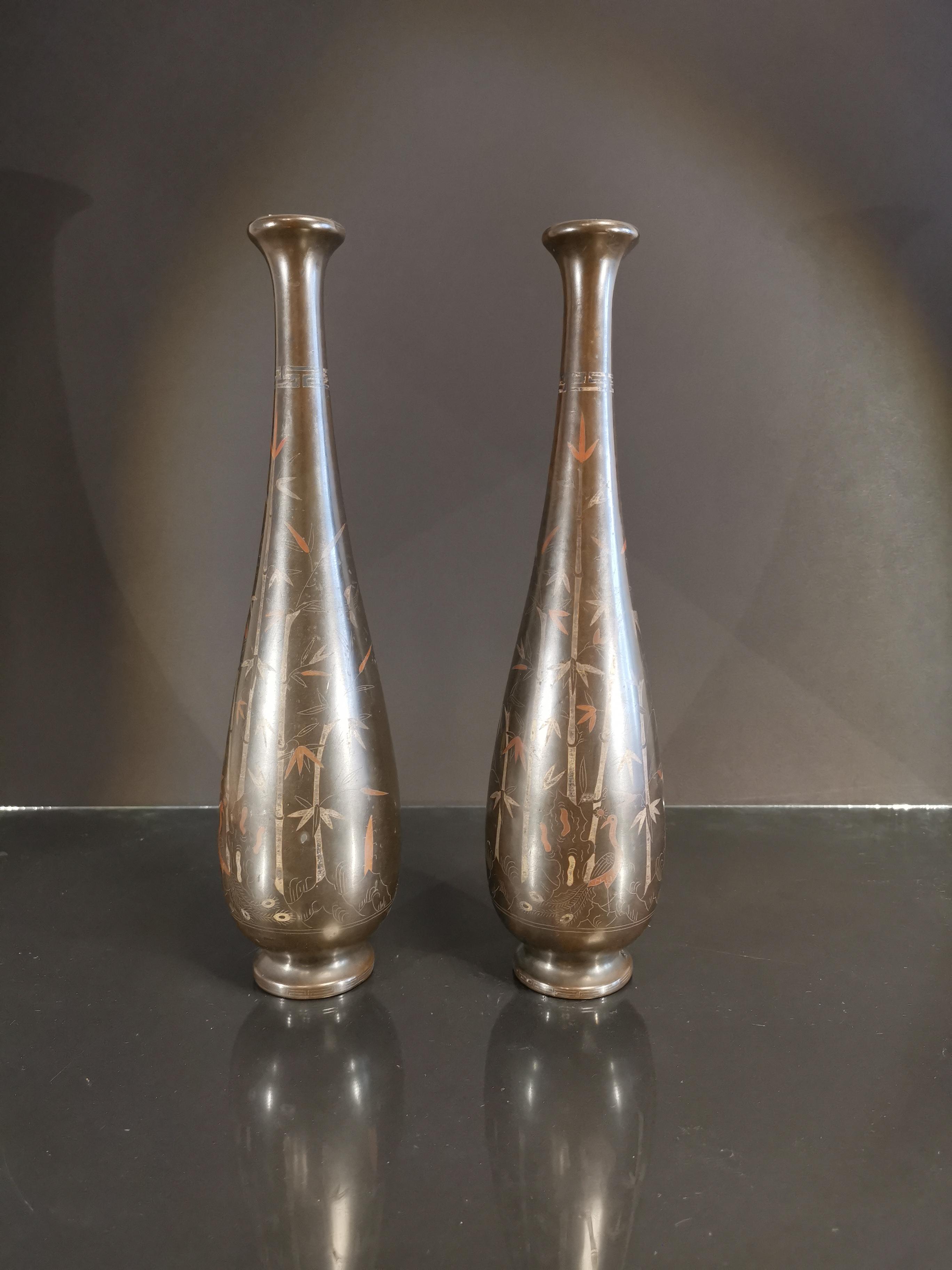 VIETNAM. Paire de vase balustre à décor d'incrustation de bambous. H. : 37,5 cm. -