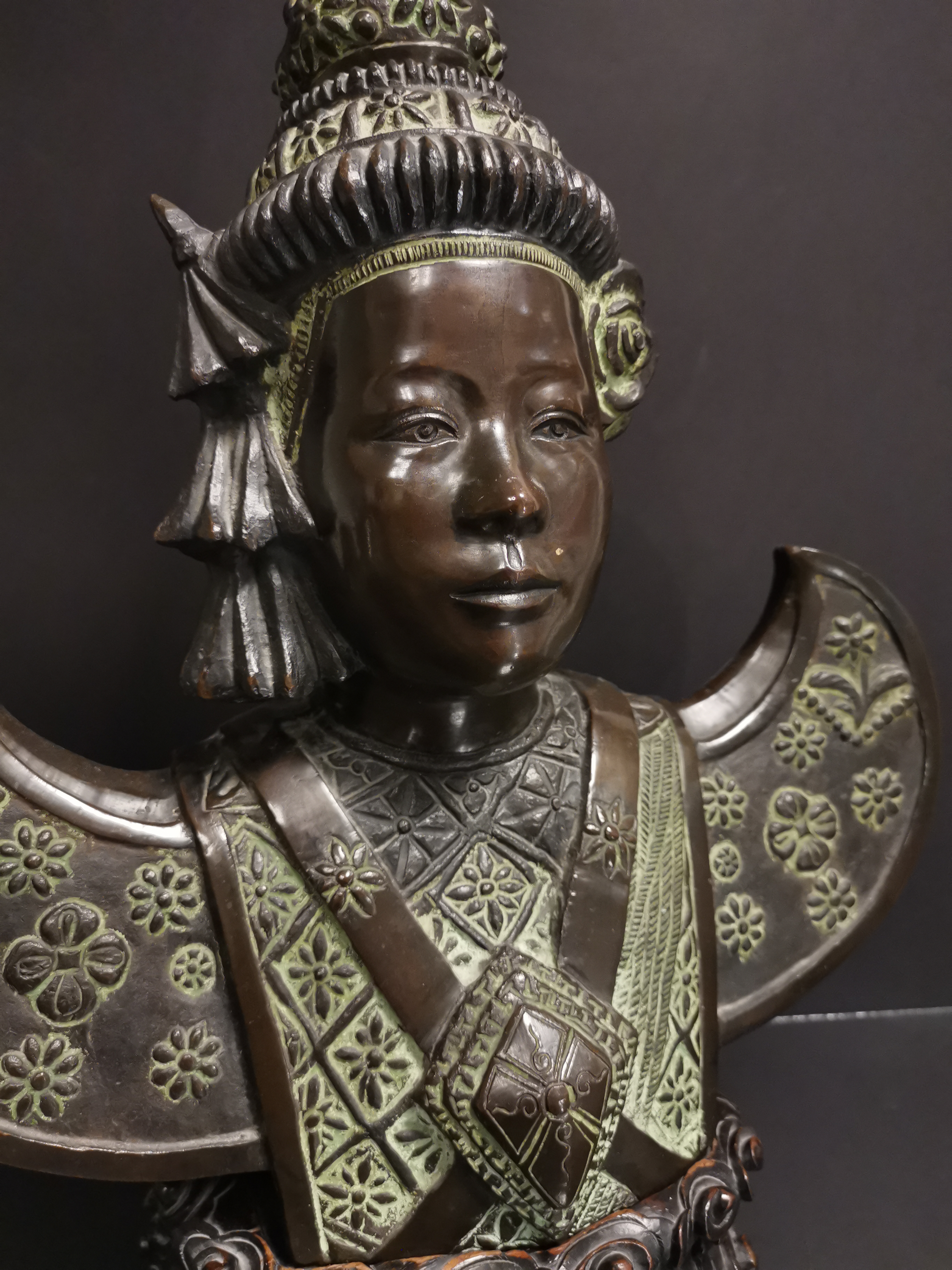 VIETNAM. Buste de danseuse apsara, Bronze. H :49 cm. Socle en bois sculptée. - - Image 2 of 5