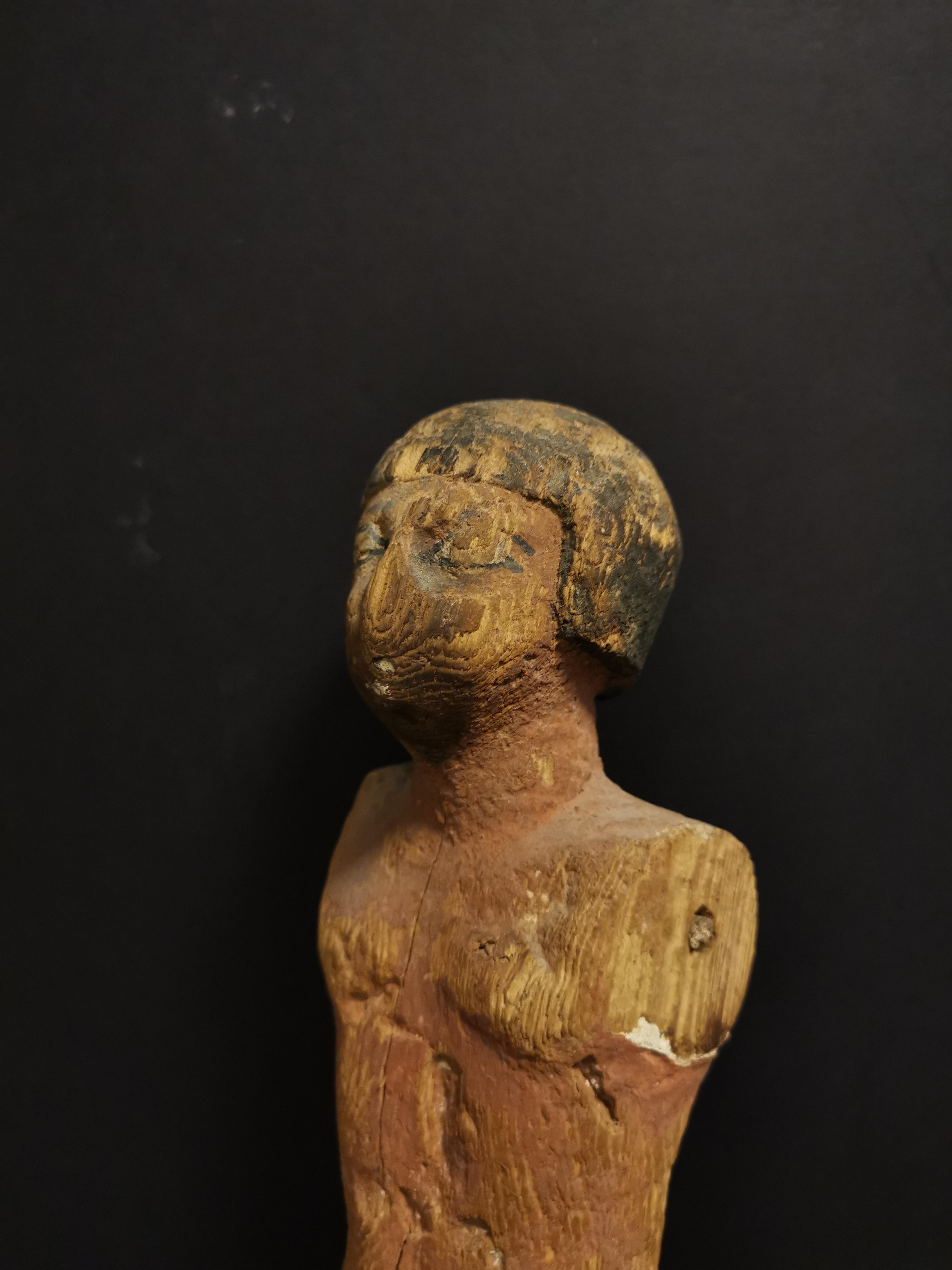 Statuette en ronde bosse représentant un homme debout vêtu d'un pagne. Les détails [...] - Image 4 of 4
