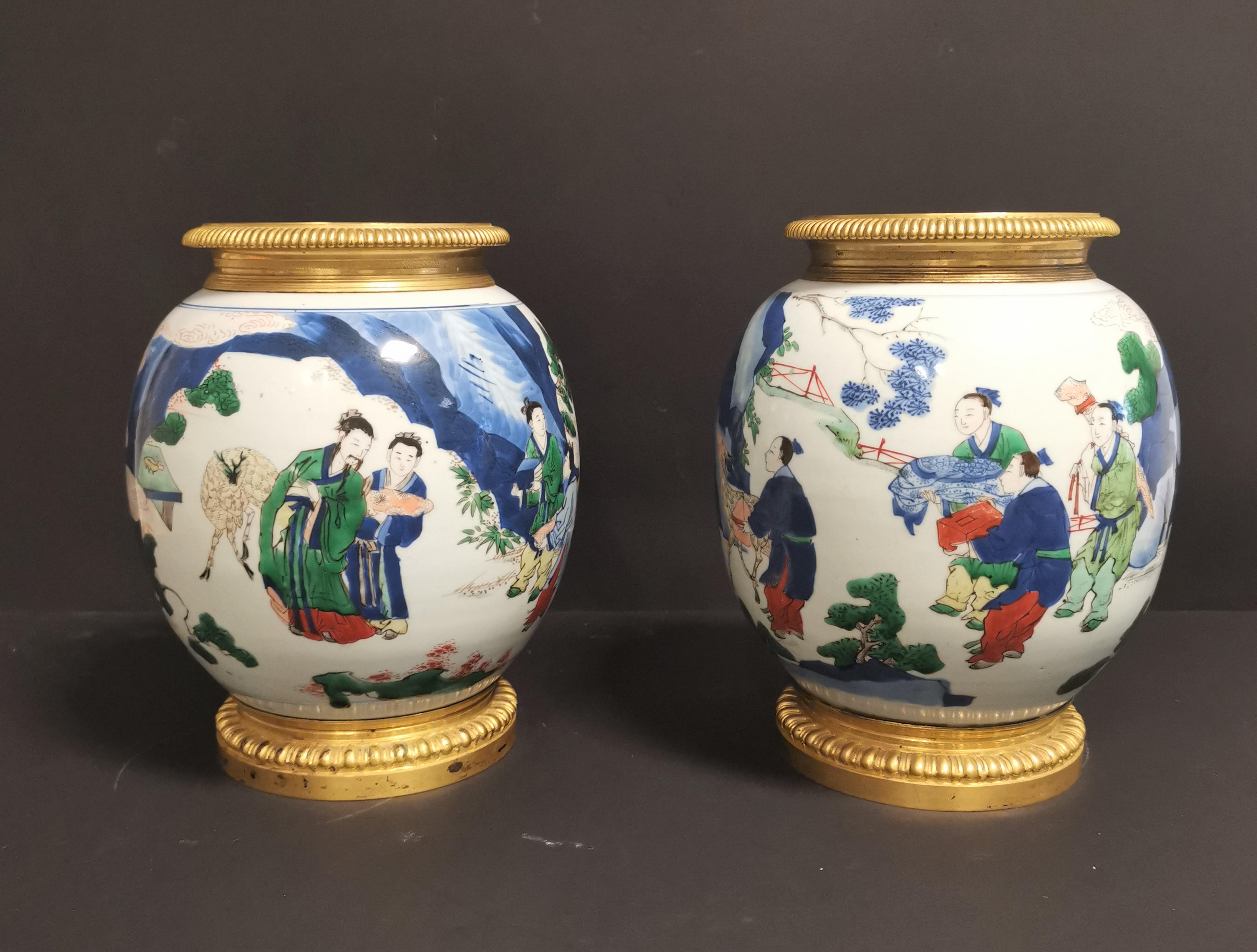 Paire de vases en porcelaine Wucai Chine, XIXème siècle La panse globulaire, à [...]