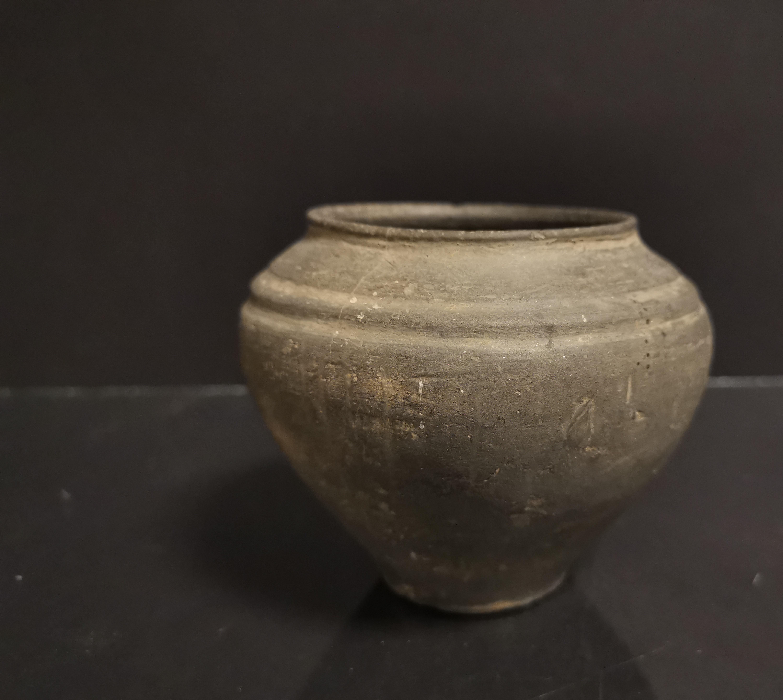Vase pansu à col ourlet à décor d'un double bourrelet, porte une étiquette sous [...]