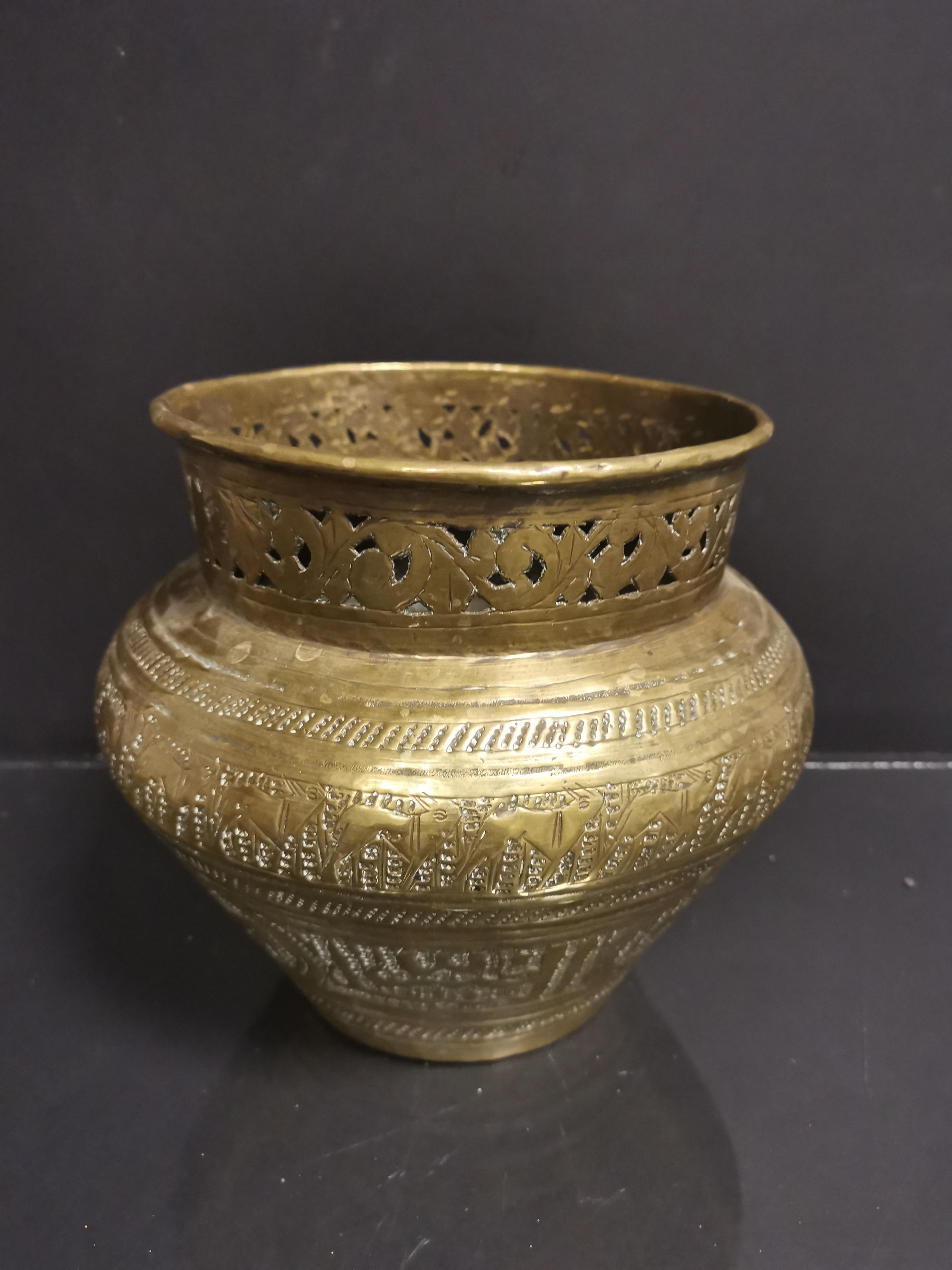 PERSE. Vase en laiton gravé à décor d'écritures et inscriptions, col ajouré H : [...] - Image 3 of 3