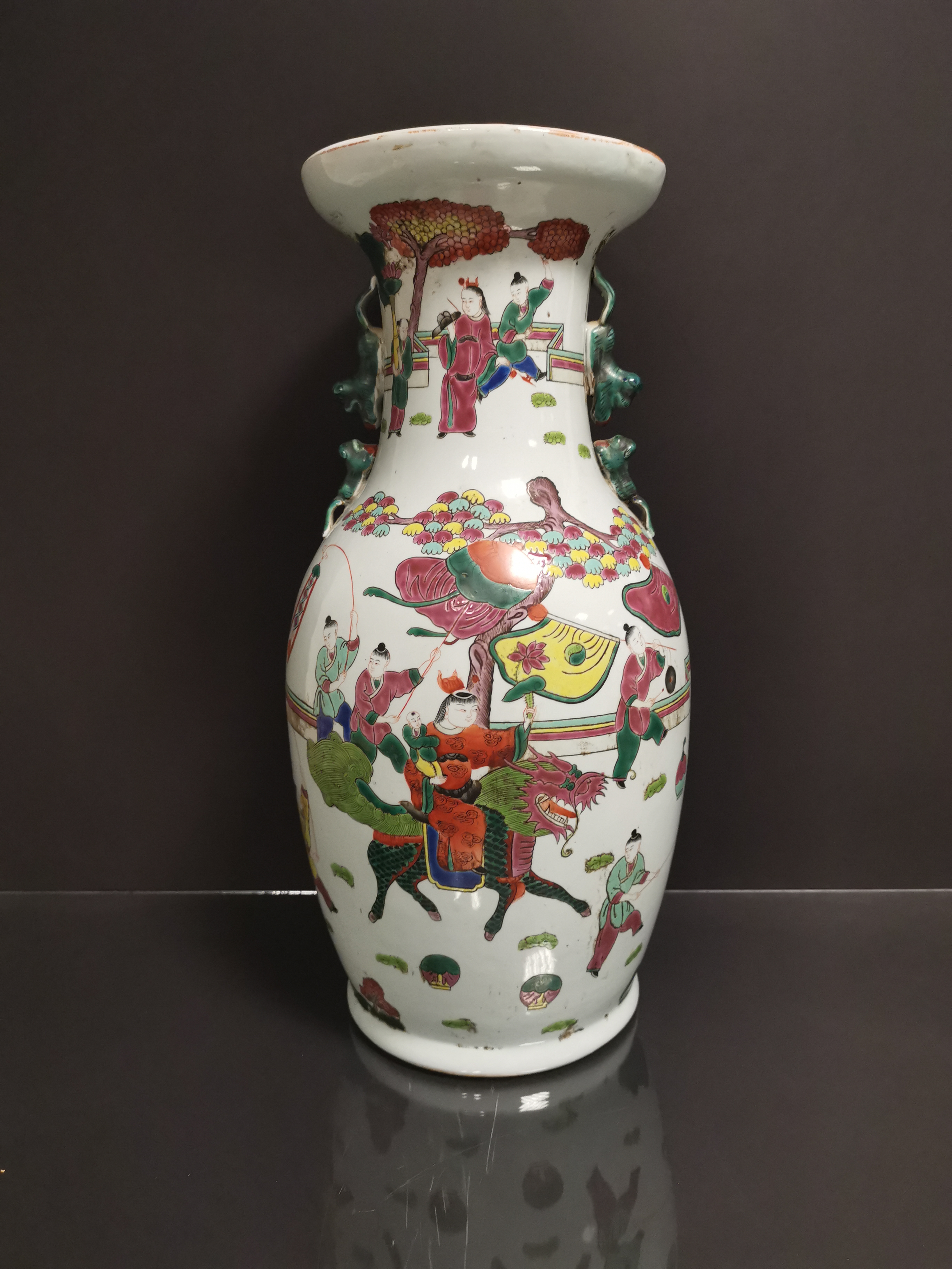 Vase en porcelaine polychrome Chine, XXème siècle Balustre, à décor d'un immortel [...]