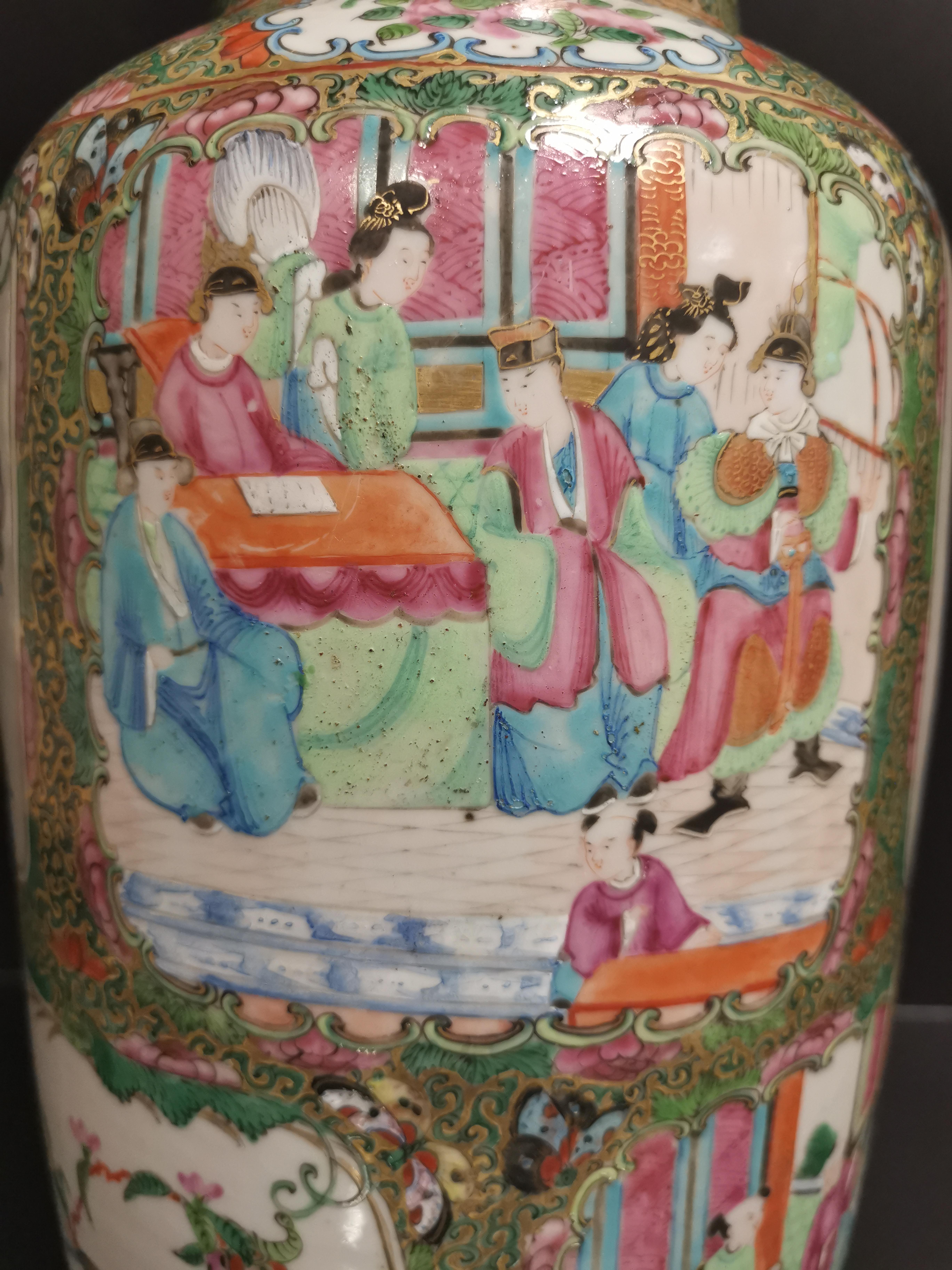 CHINE - Canton. Grand vase balustre à décor en réserves de scènes de pavillons [...] - Image 6 of 8