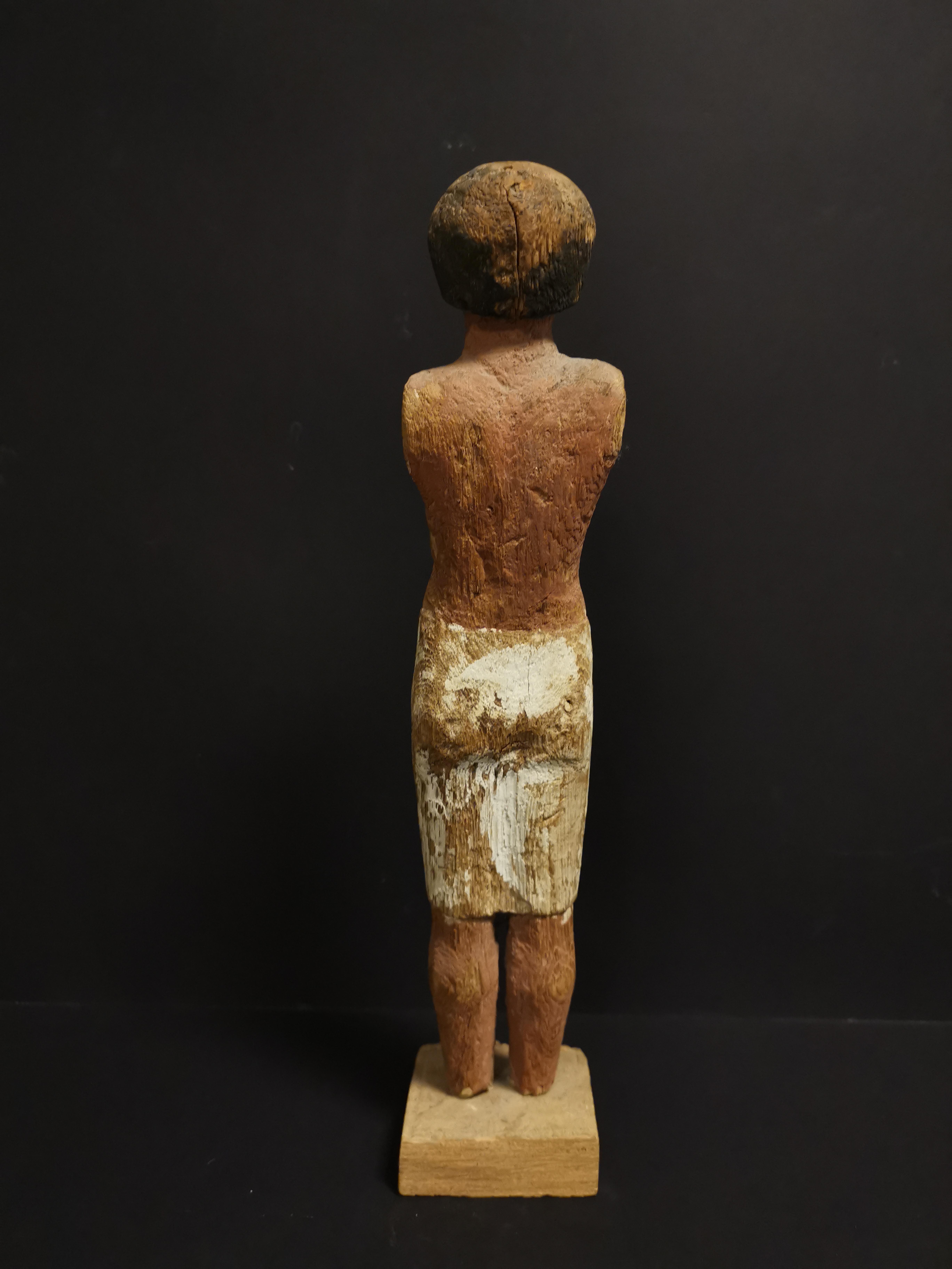 Statuette en ronde bosse représentant un homme debout vêtu d'un pagne. Les détails [...] - Image 2 of 4