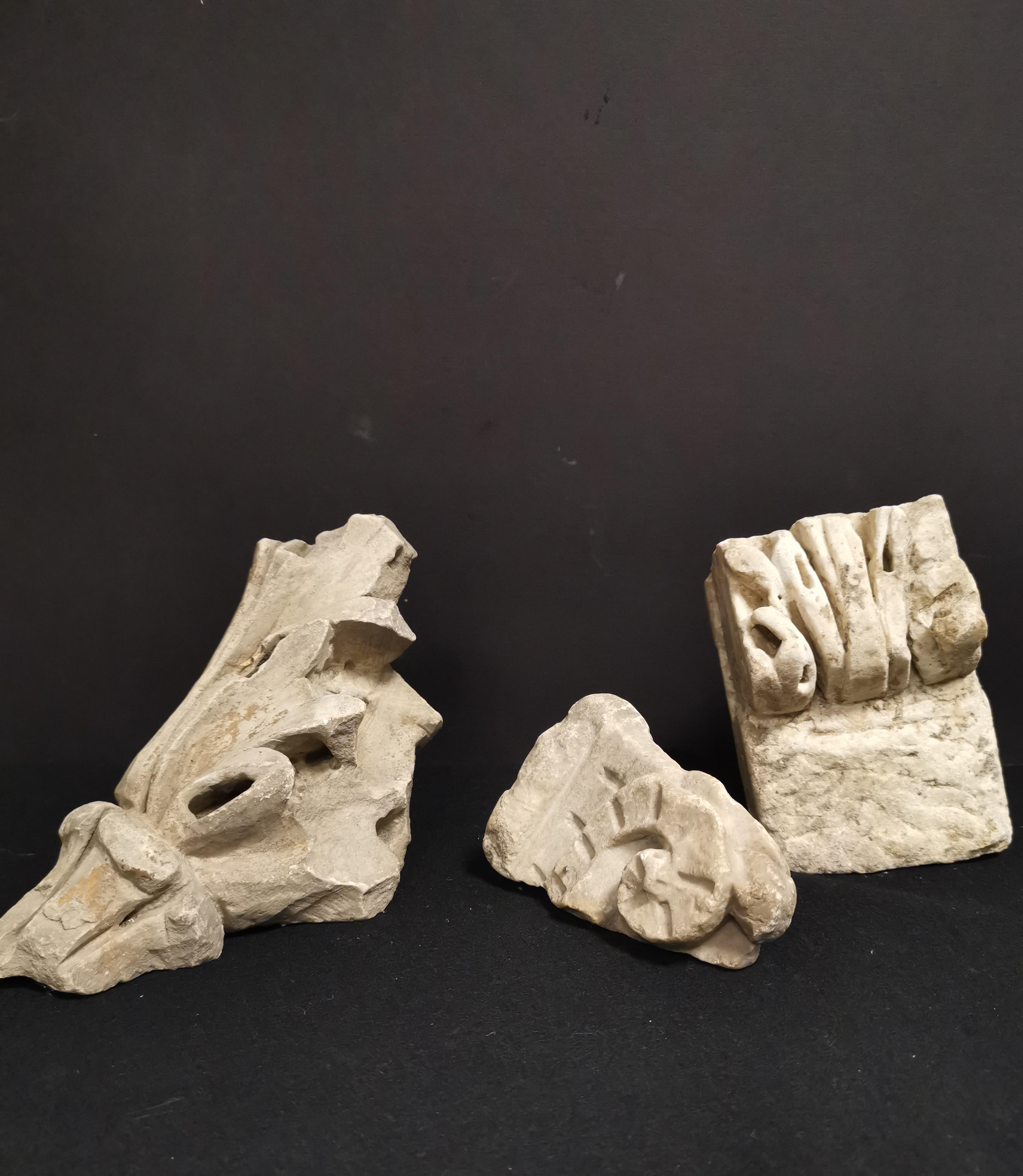 Trois fragments, un représentant une feuille d'acanthe stylisée