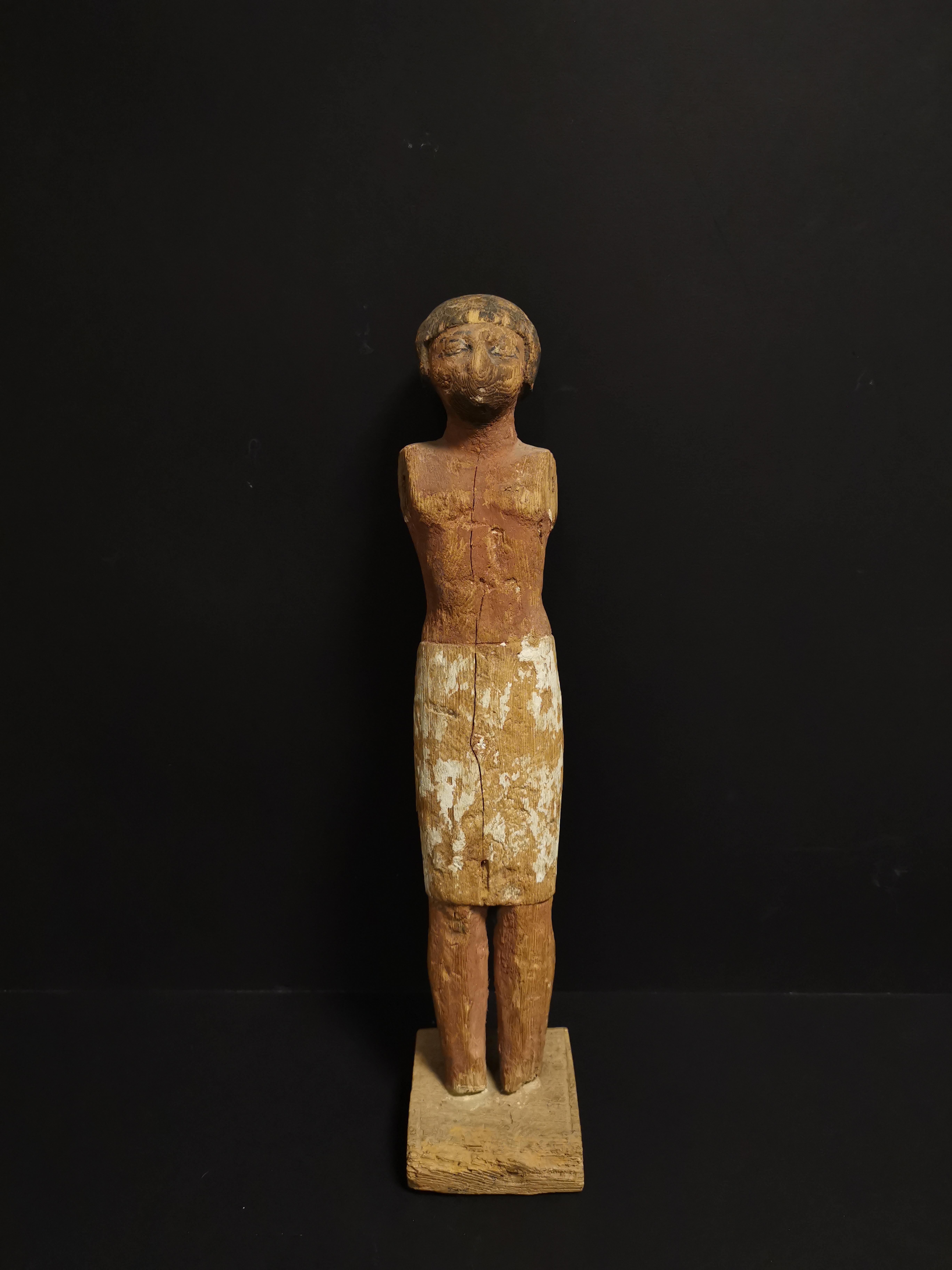 Statuette en ronde bosse représentant un homme debout vêtu d'un pagne. Les détails [...]