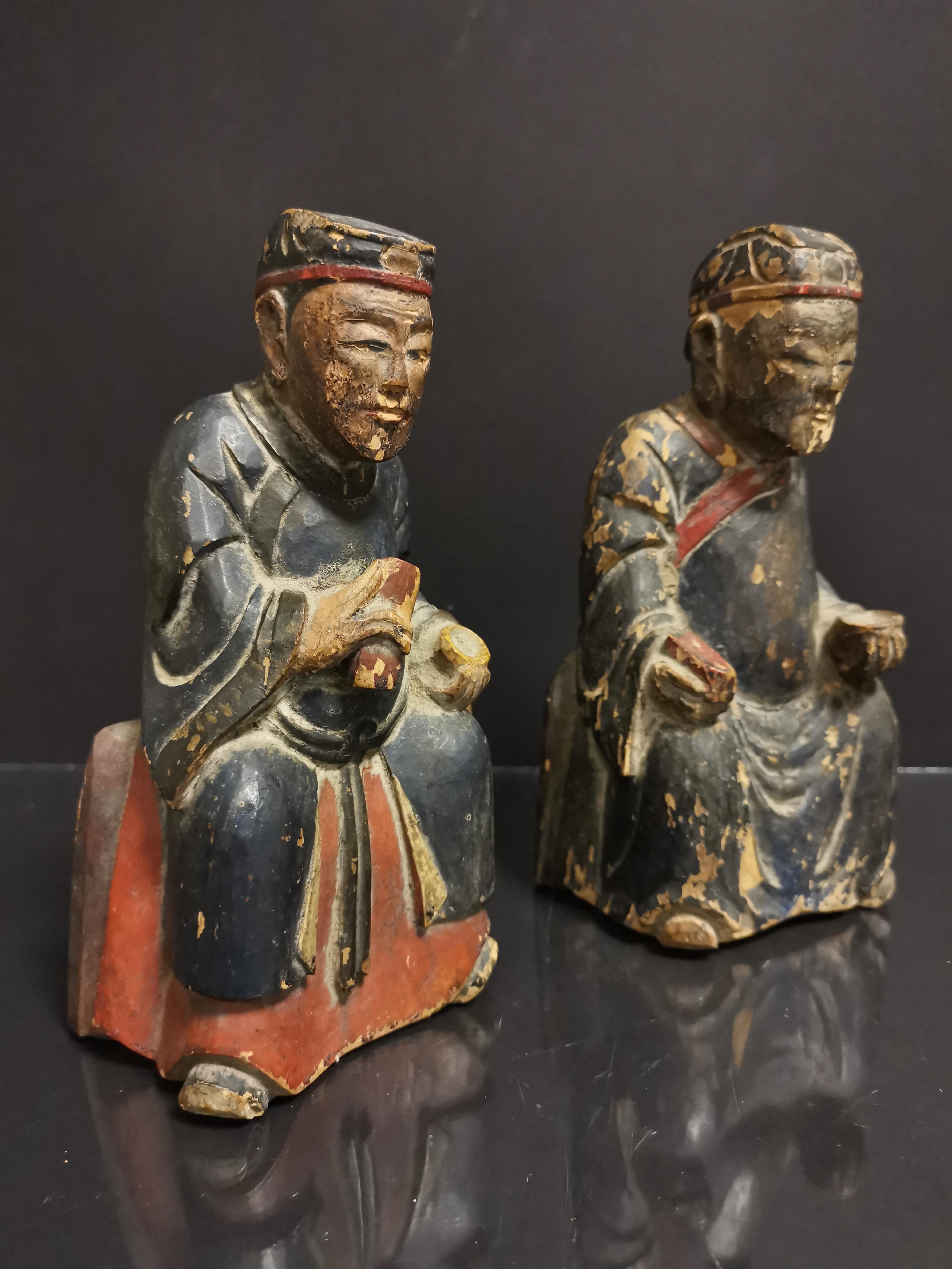 CHINE. Deux lettrés assis tenant un bol et une tablette, bois sculpté. H : 19 cm. - - Image 2 of 3