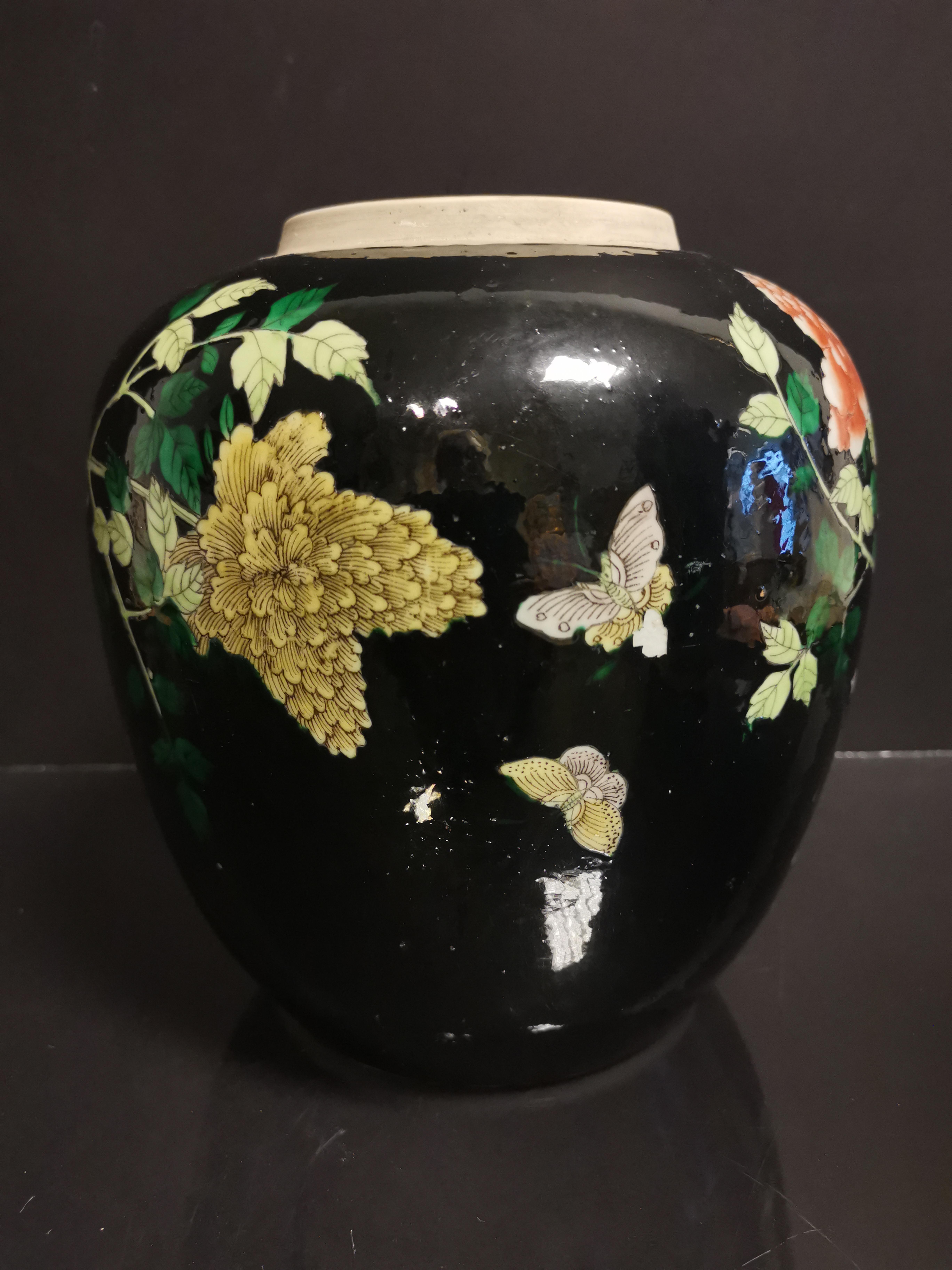 CHINE. Pot en porcelaine à décor de pivoines, animaux, papillons sur fond noir, fin [...] - Image 3 of 4