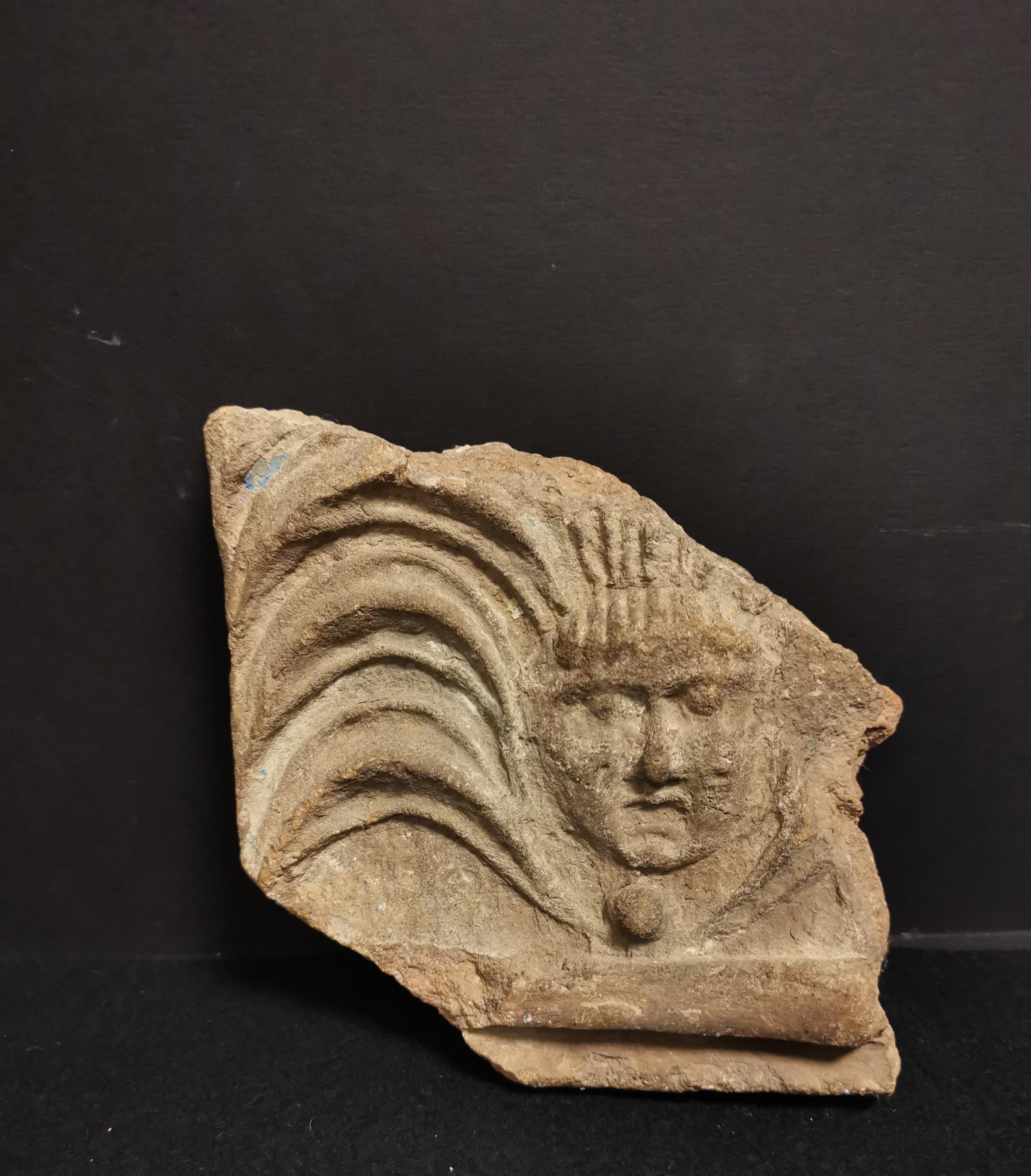 Quatre fragments dont, -deux en terre cuite,une anse d'amphore portant la mention [...] - Image 2 of 6