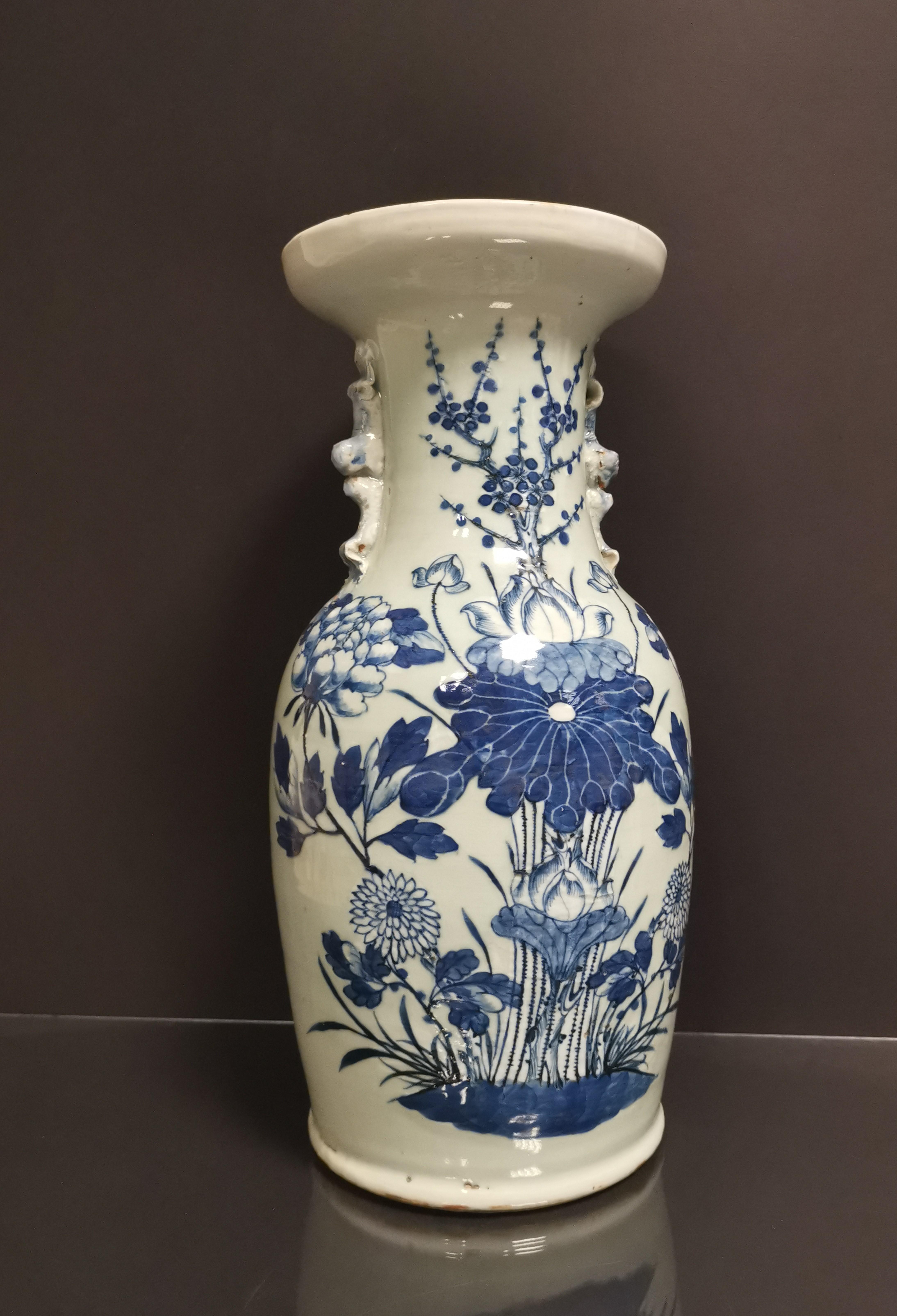 CHINE. Vase balustre en porcelaine à décor bleu sur fond blanc de fleurs de lotus, [...]