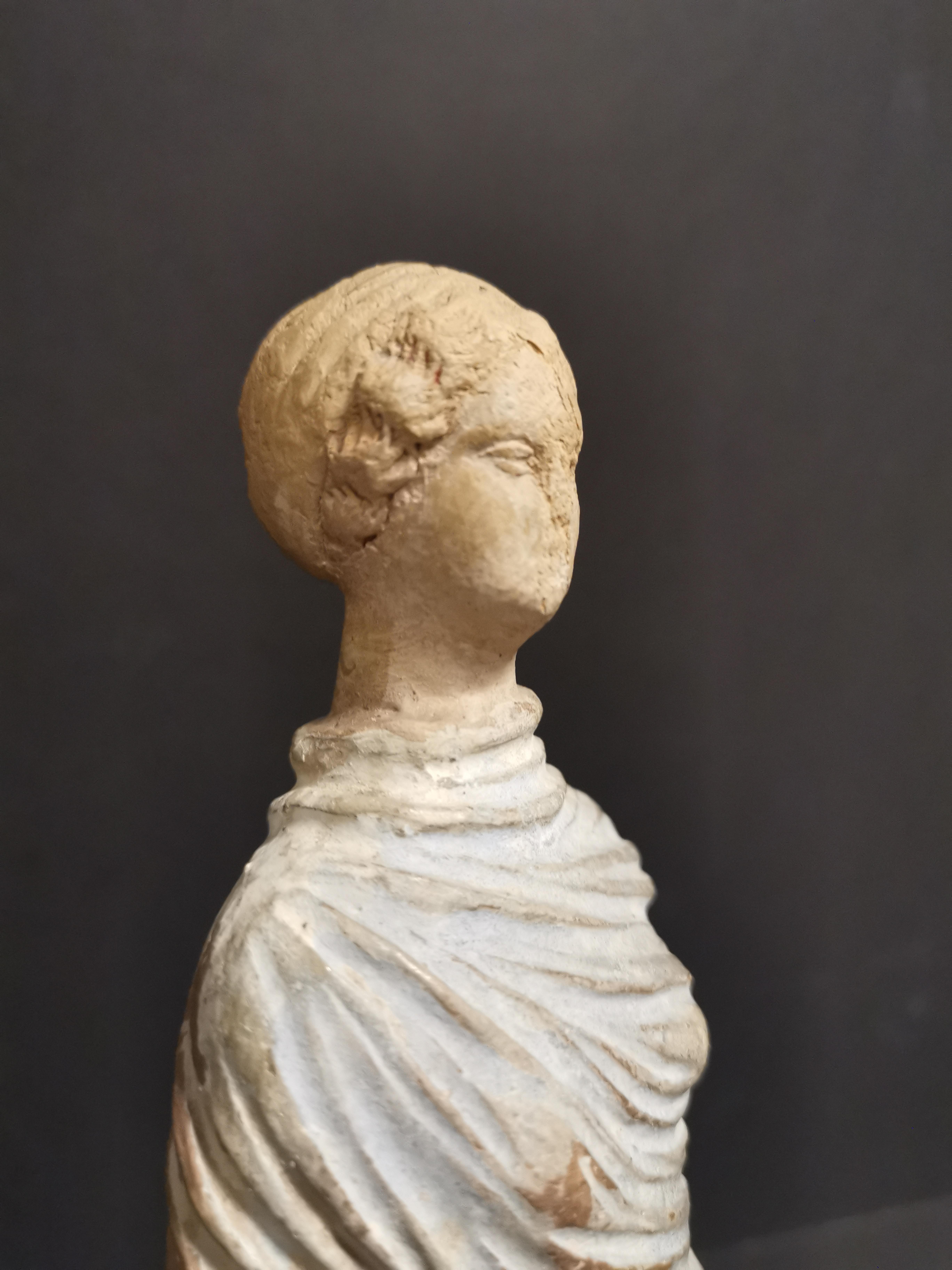 GRECE, dans le goût de. Tanagra en terre cuite représentant un personnage féminin [...] - Image 6 of 8