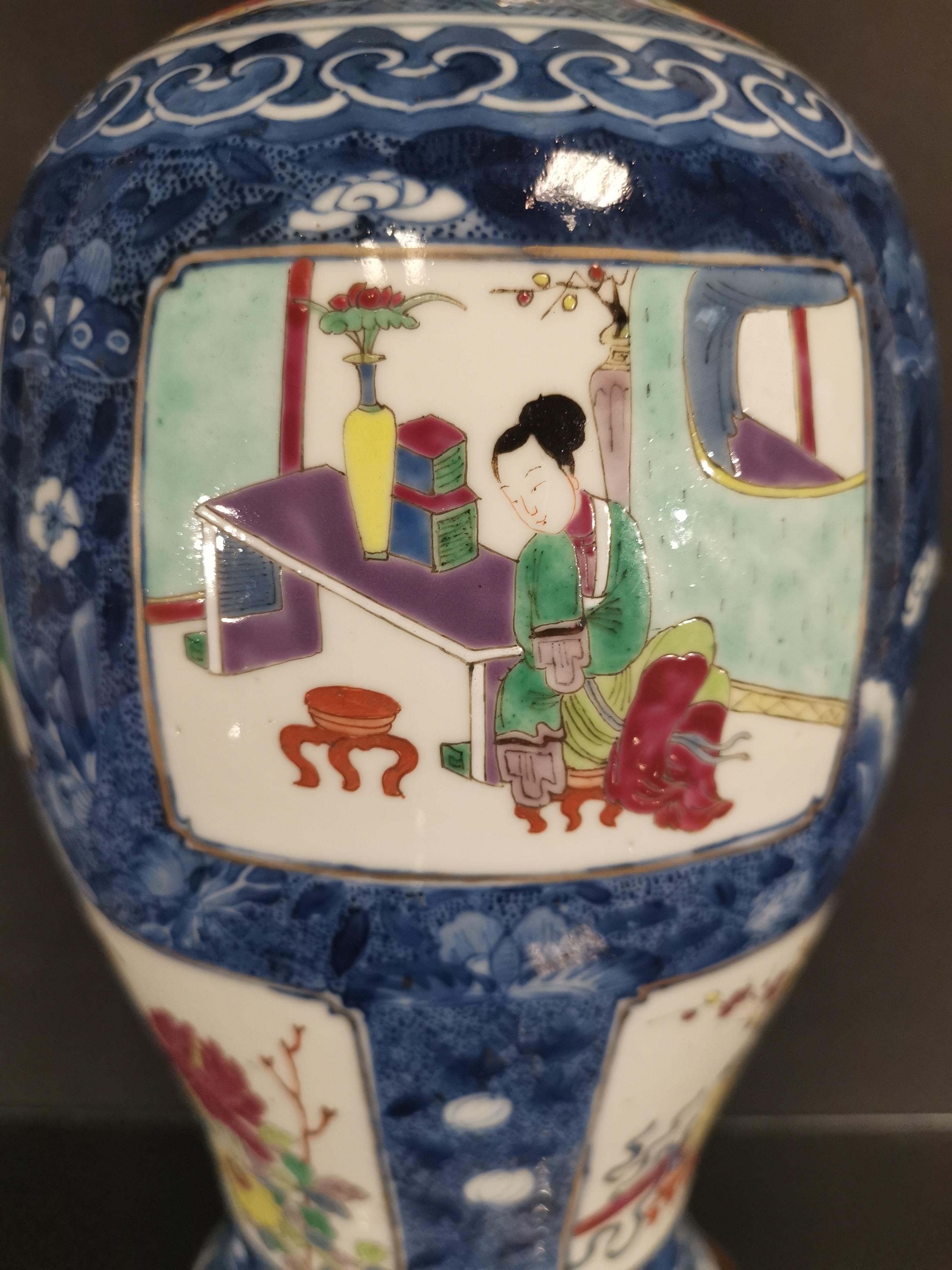 Vase couvert en porcelaine famille rose et bleu blanc Chine, fin du XIXème siècle [...] - Image 2 of 5