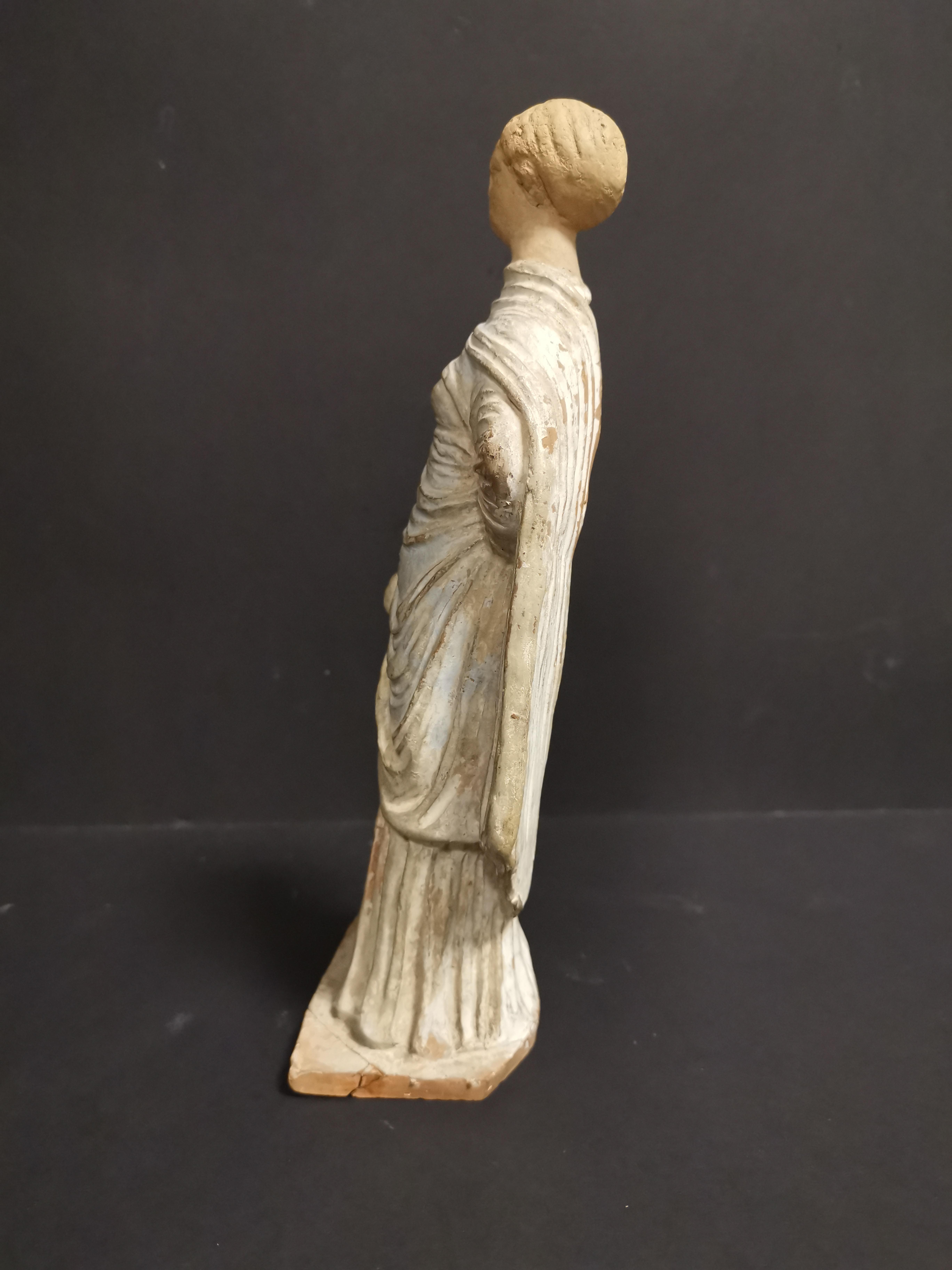GRECE, dans le goût de. Tanagra en terre cuite représentant un personnage féminin [...] - Image 4 of 8