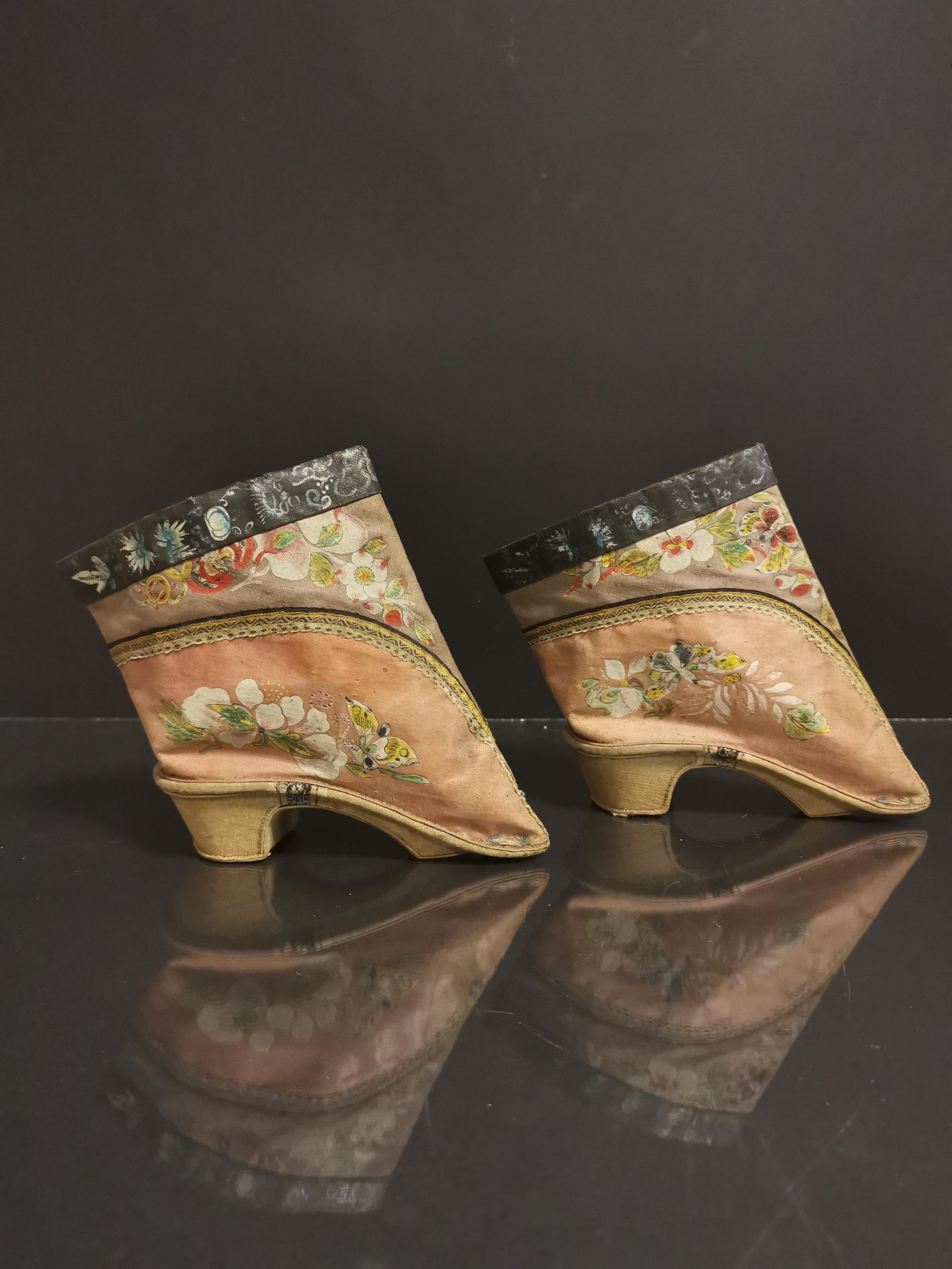Paire de chaussures en soie brodée. Chine, époque Guangxu (1875-1908). L. : 14 cm. [...]