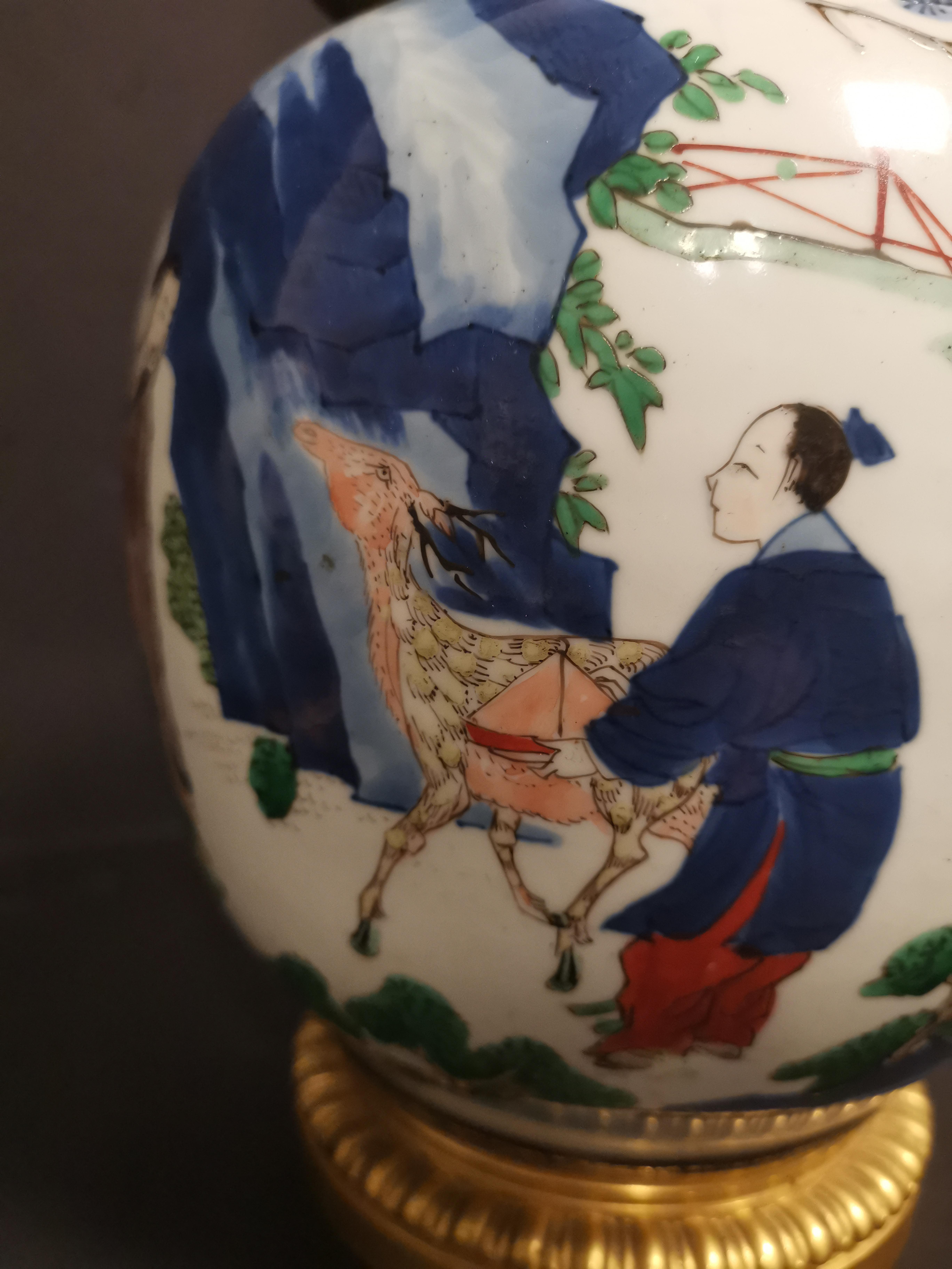 Paire de vases en porcelaine Wucai Chine, XIXème siècle La panse globulaire, à [...] - Image 6 of 6