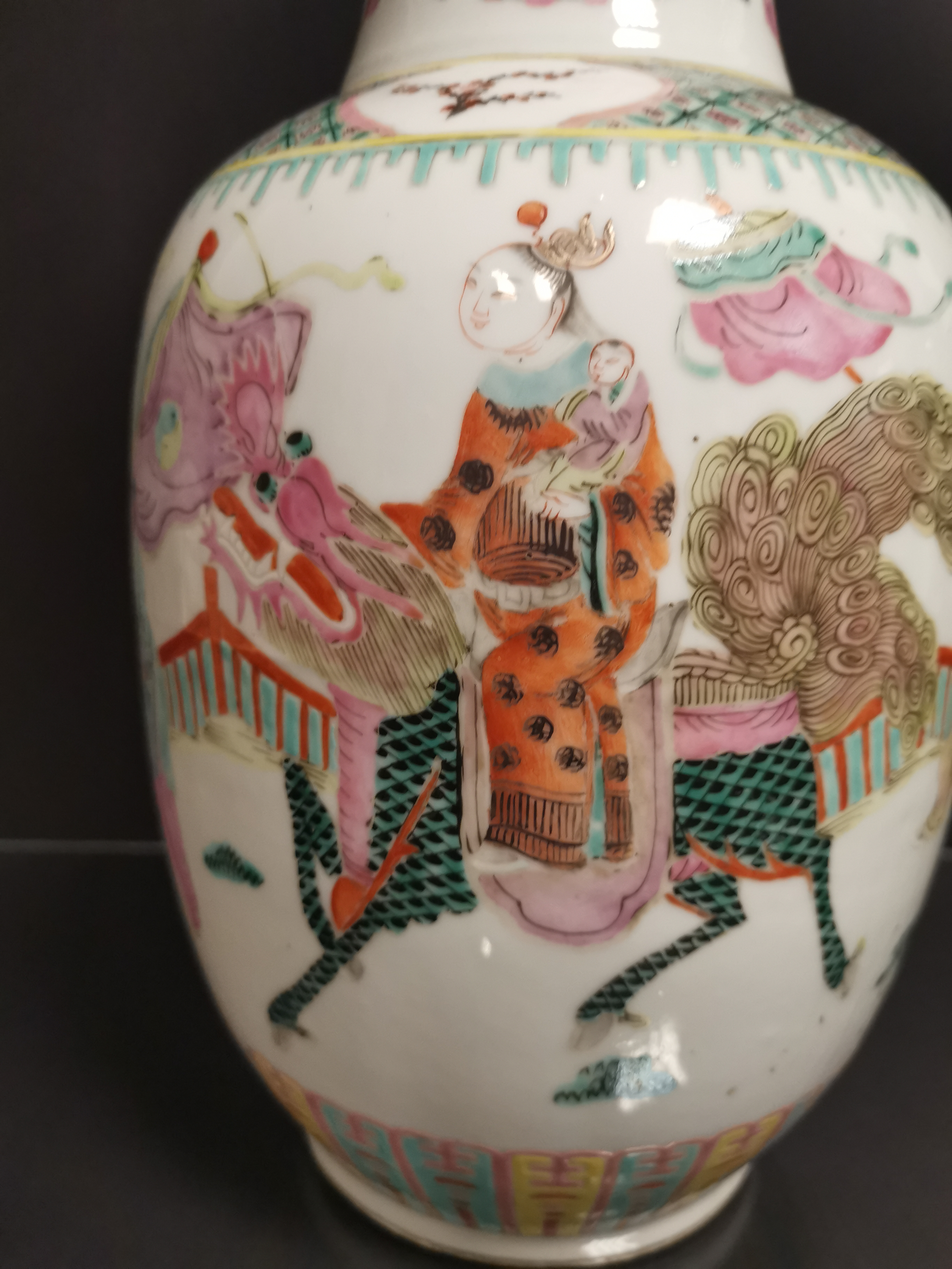 Vase en porcelaine polychrome Chine, XXème siècle La panse bombée, à décor [...] - Image 2 of 6