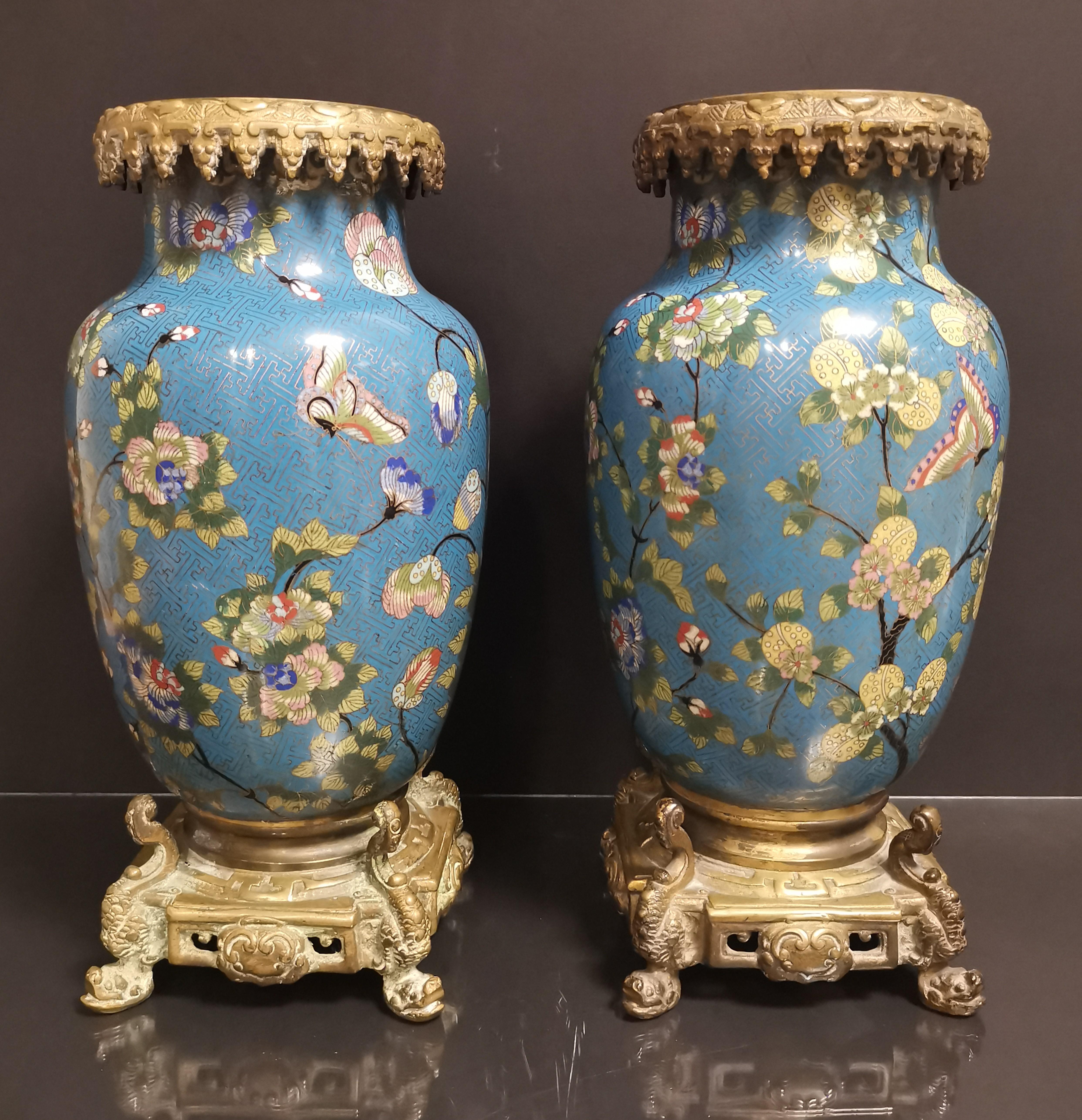 Paire de vases en bronze doré et émaux cloisonnés Chine, début du XXème siècle [...]