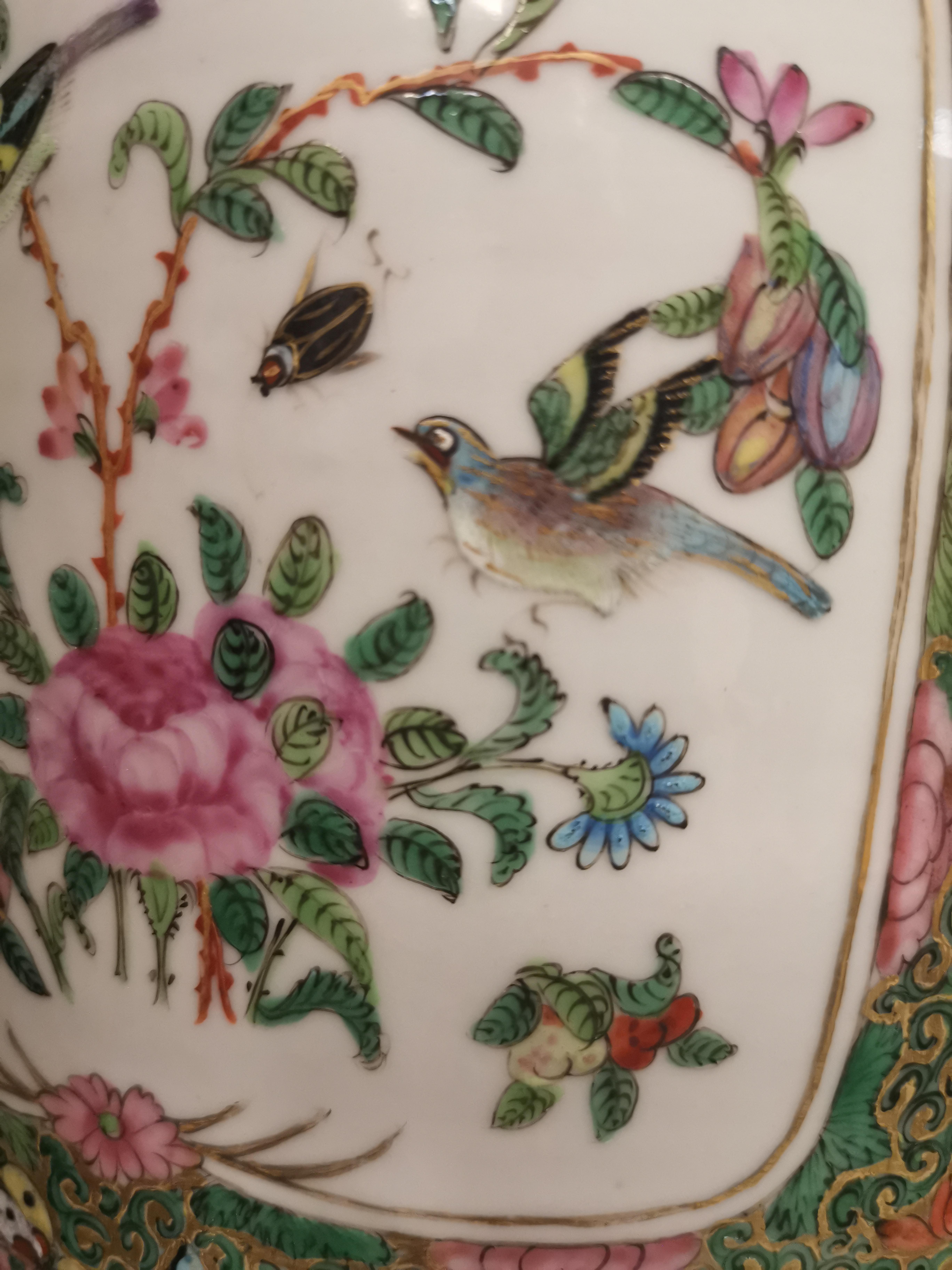 CHINE - Canton. Grand vase balustre à décor en réserves de scènes de pavillons [...] - Image 8 of 8