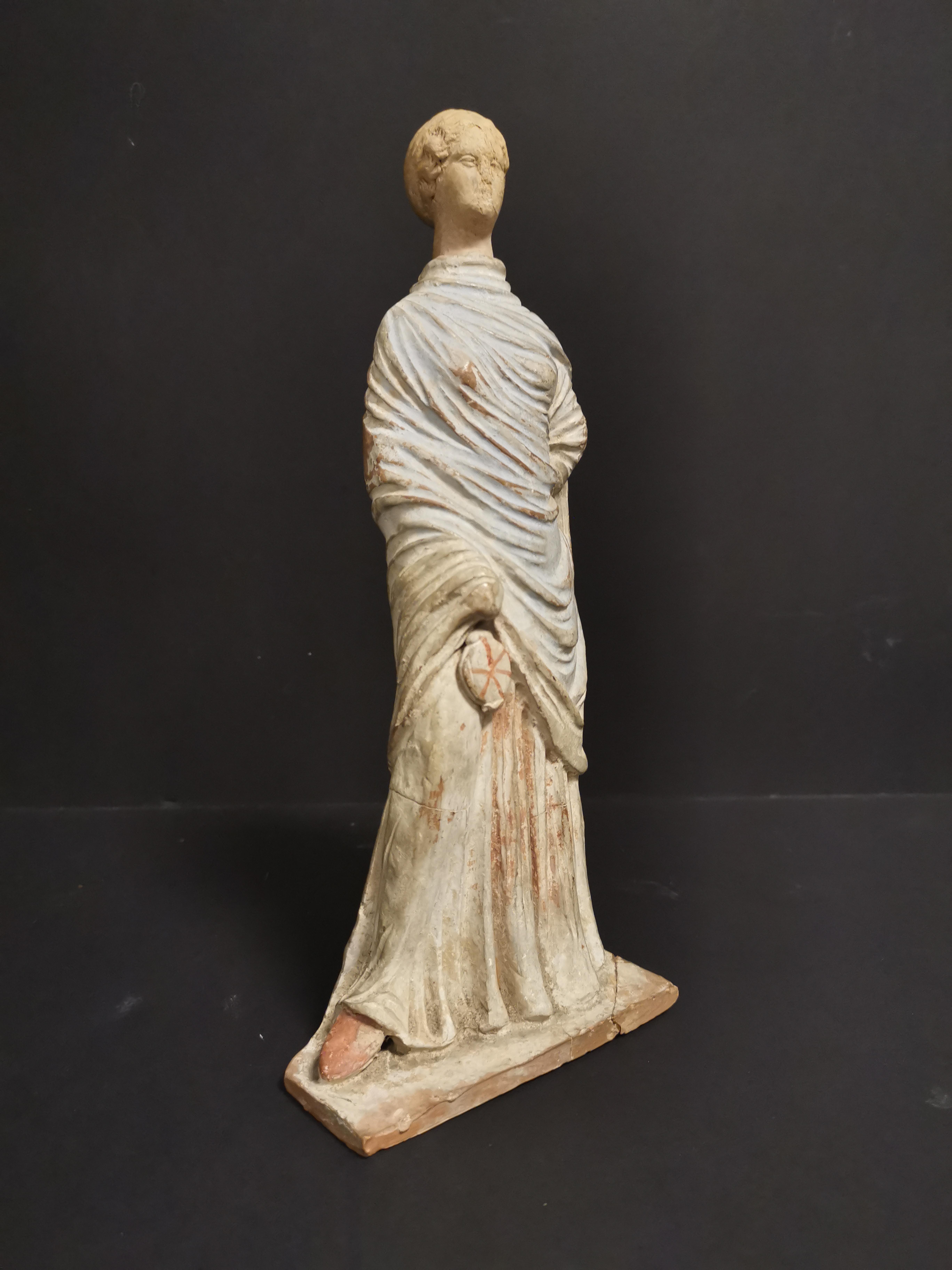 GRECE, dans le goût de. Tanagra en terre cuite représentant un personnage féminin [...] - Image 2 of 8