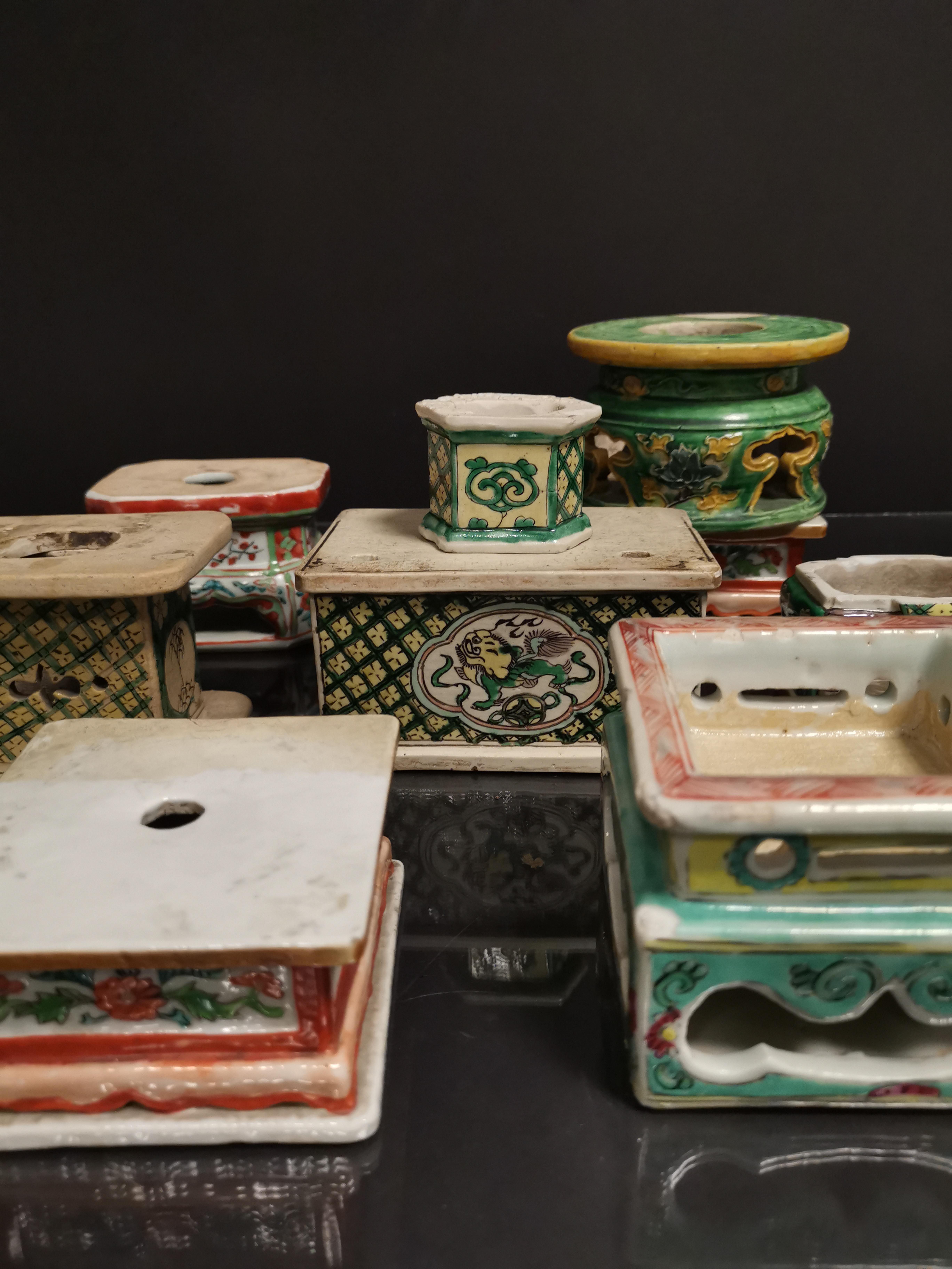 Lot de neuf socles en grès émaillé, Chine, époque Kangxi, XVIIIème et XIXème [...]