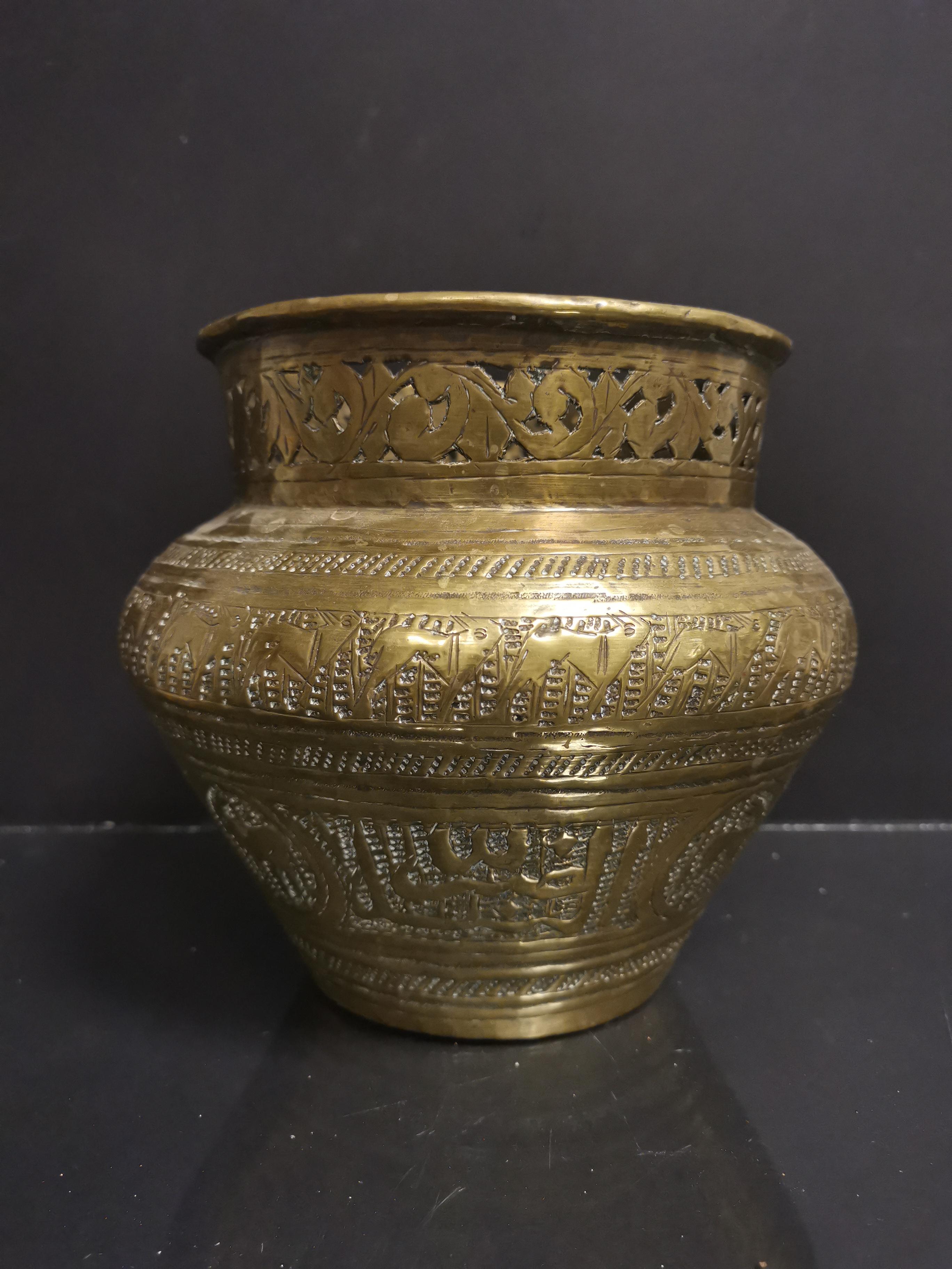 PERSE. Vase en laiton gravé à décor d'écritures et inscriptions, col ajouré H : [...]