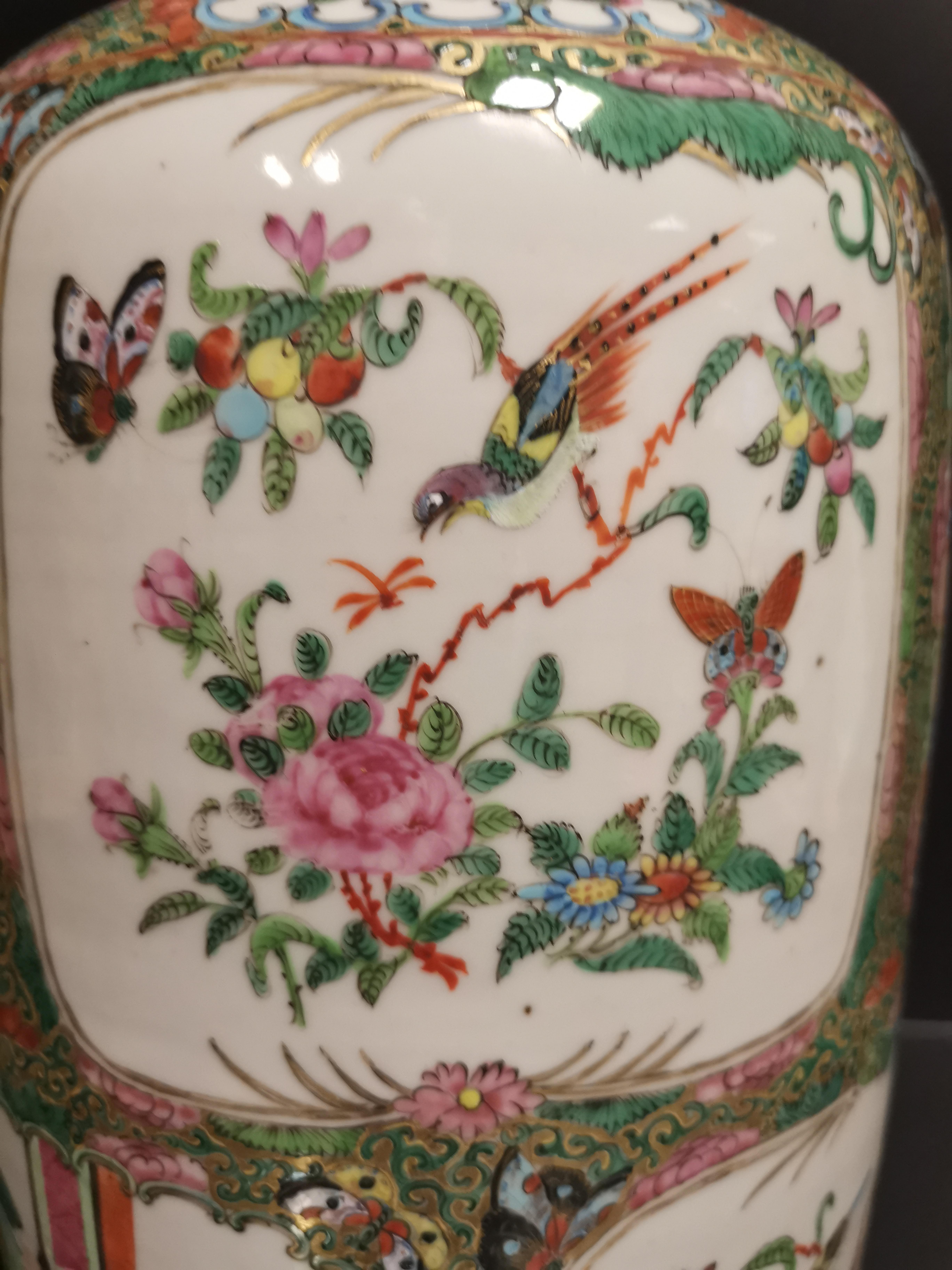 CHINE - Canton. Grand vase balustre à décor en réserves de scènes de pavillons [...] - Image 5 of 8