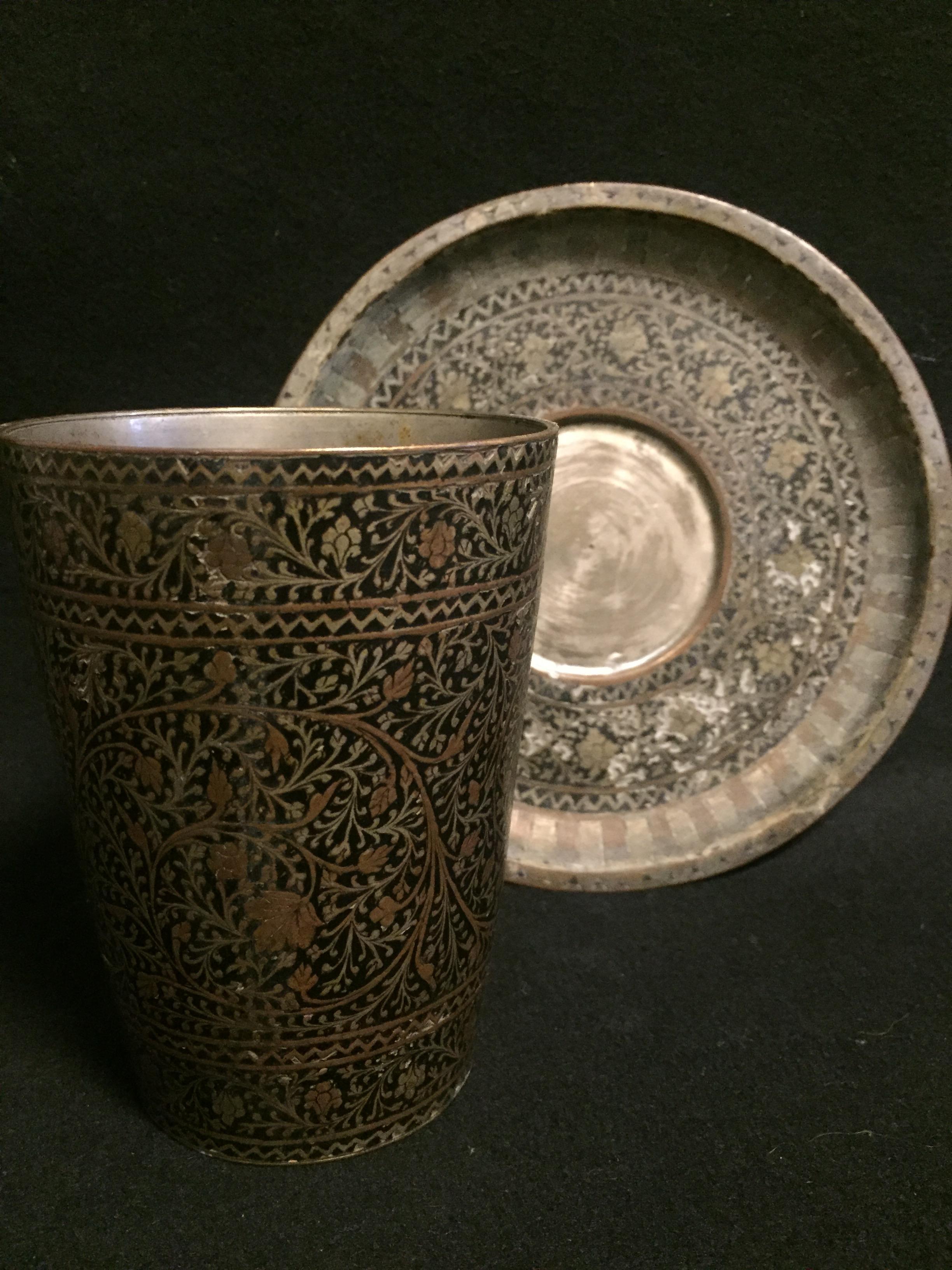 Lot 55 - IRAN. Tasse et sous tasse à décor gravé de feuilles et branches stylisées. H. : [...]