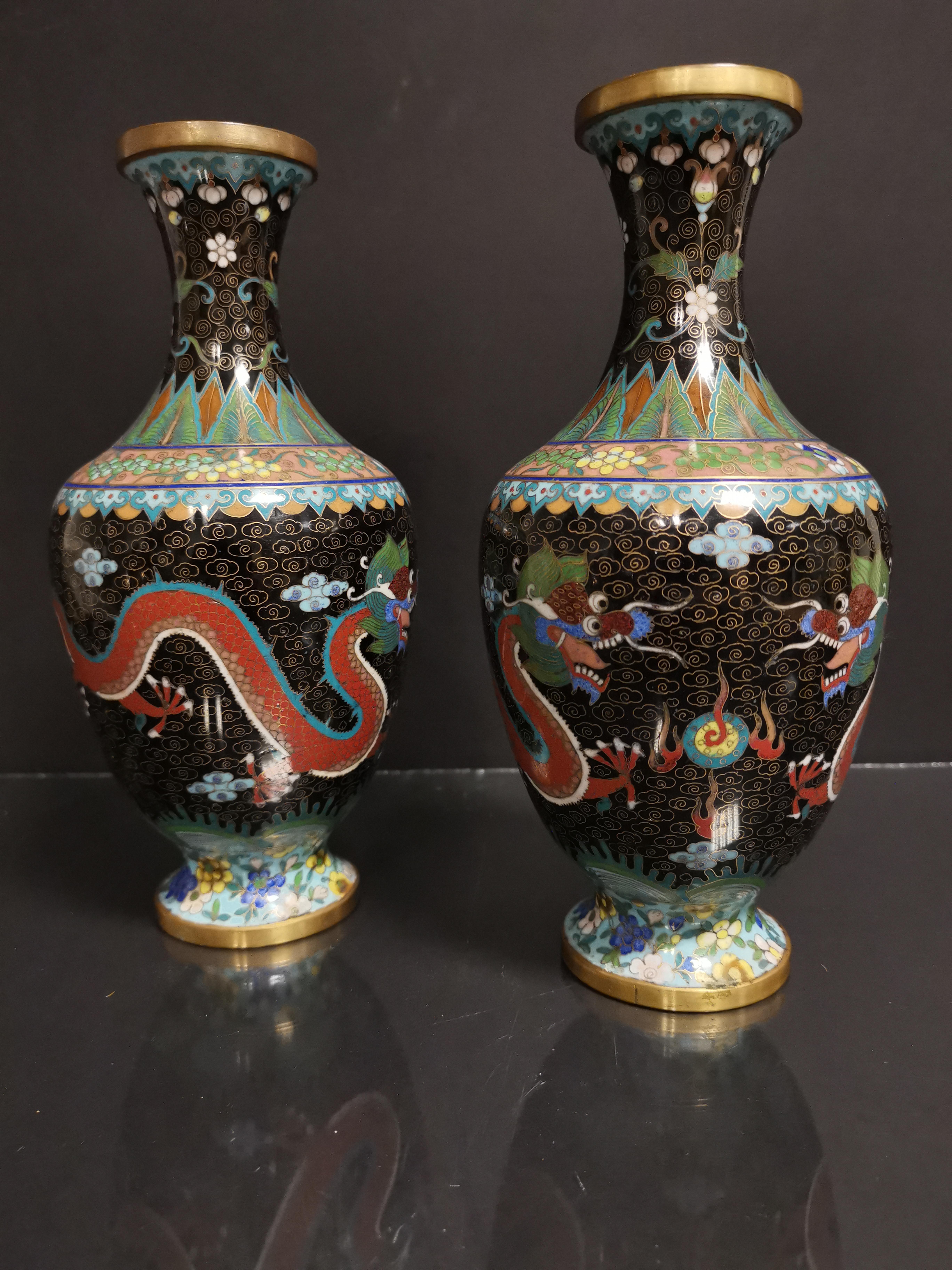 CHINE. Paire de petits vases balustre à décor de deux dragons poursuivant la perle [...]